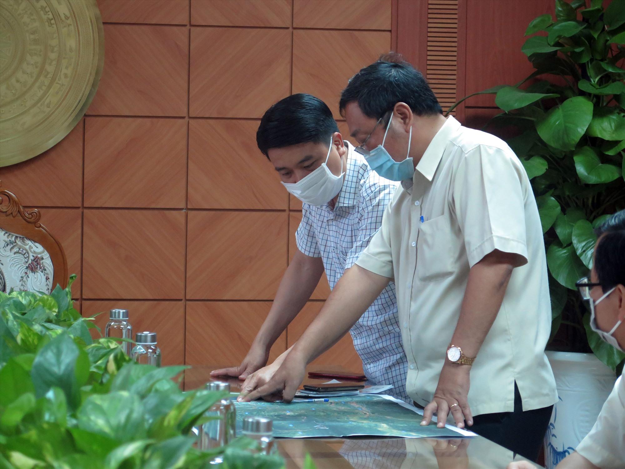 Phó Chủ tịch UBND tỉnh Trần Văn Tân xem bản đồ đặt các điểm chốt chặn. Ảnh: X.H