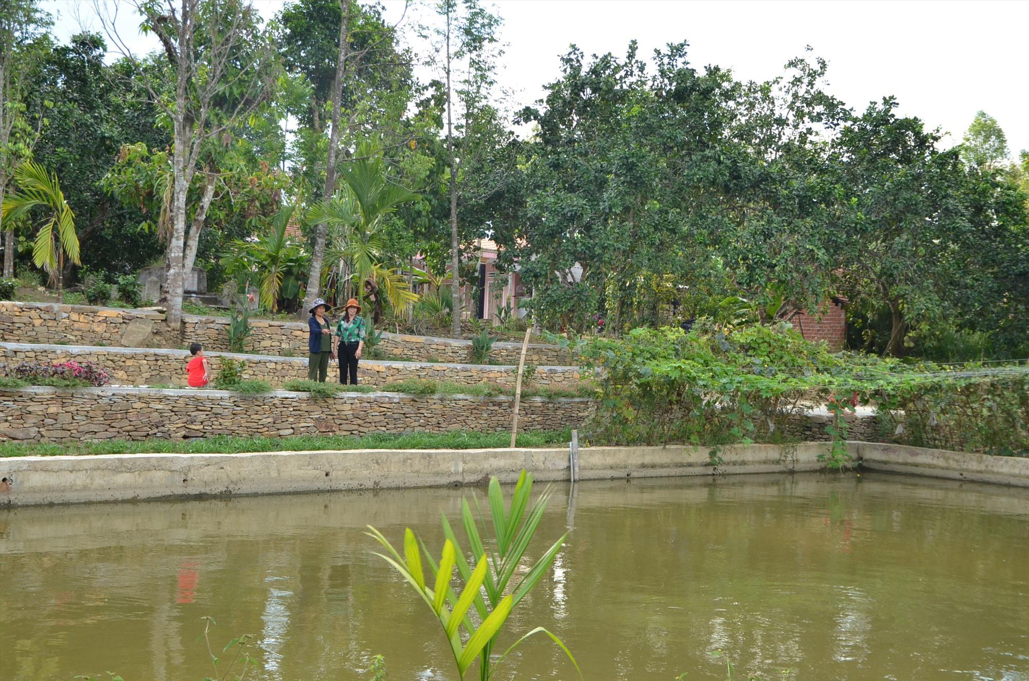 """Xây dựng mô hình """"Nhà sạch, vườn đẹp"""" tại làng cổ Lộc Yên, xã Tiên Cảnh nhằm tạo bước đột phá trong phát triển du lịch sinh thái. Ảnh: P.H"""