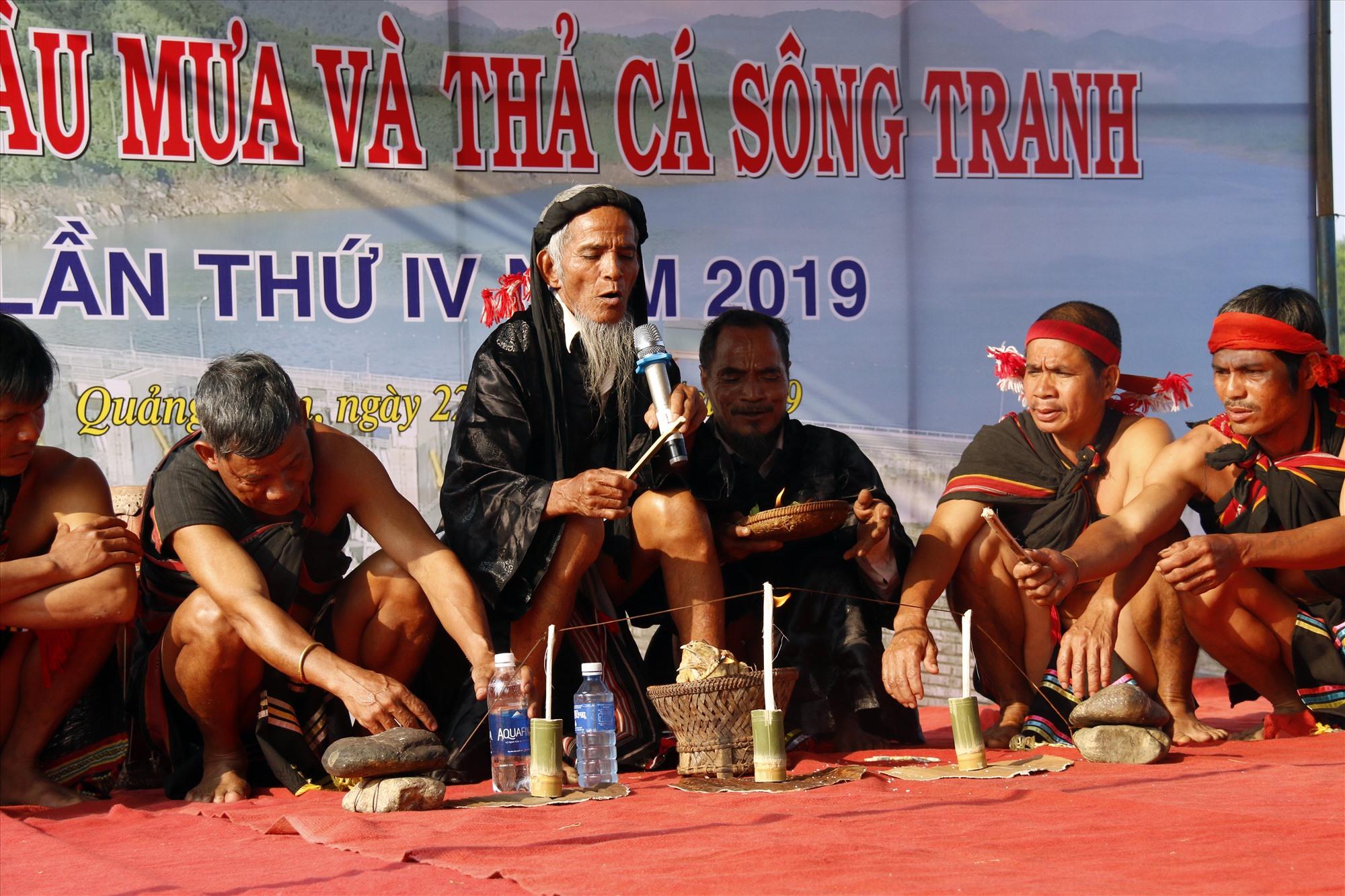 UBND huyện Bắc Trà My tổ chức tái hiện lễ hội cầu mưa truyền thống tại lễ thả cá trên lòng hồ thủy điện Sông Tranh 2 đầu năm 2019. Ảnh: TRÀ MY