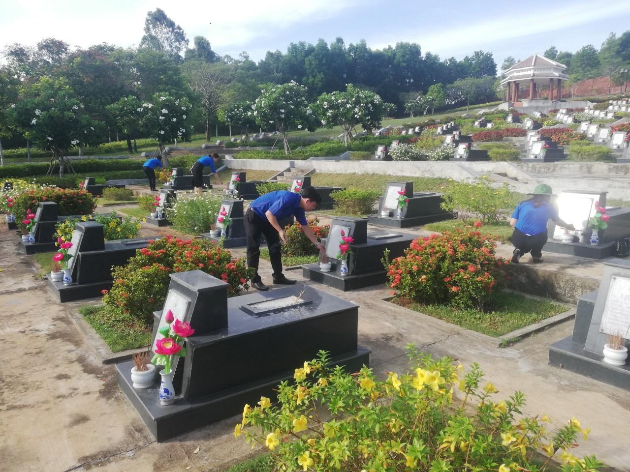 Đoàn viên Chi đoàn BHXH tỉnh tổ chức viếng hương Nghĩa trang Liệt sĩ tỉnh. Ảnh: quangnam.baohiemxahoi.gov.vn