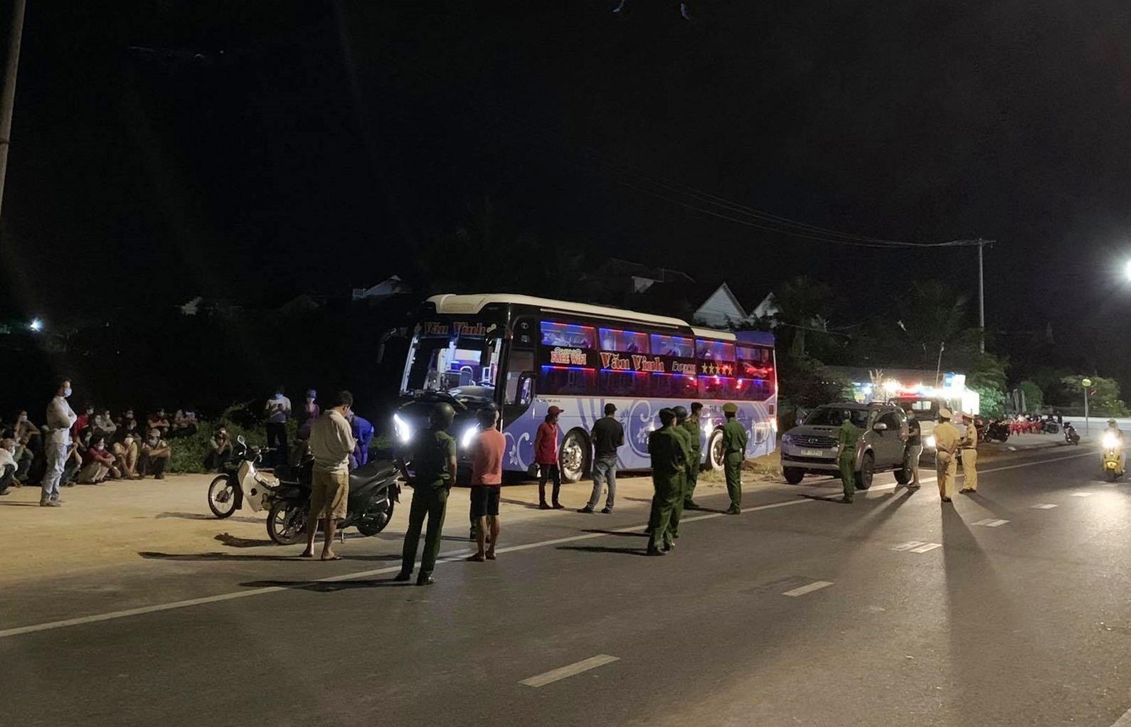 Công an Hội An khẳng định xe 7 chỗ chở các ngư dân Quảng Ngãi về quê. Tin đồn lén lút chở người Trung Quốc rời khỏi địa bàn trên mạng xã hội là tin thất thiệt. Ảnh: MXH