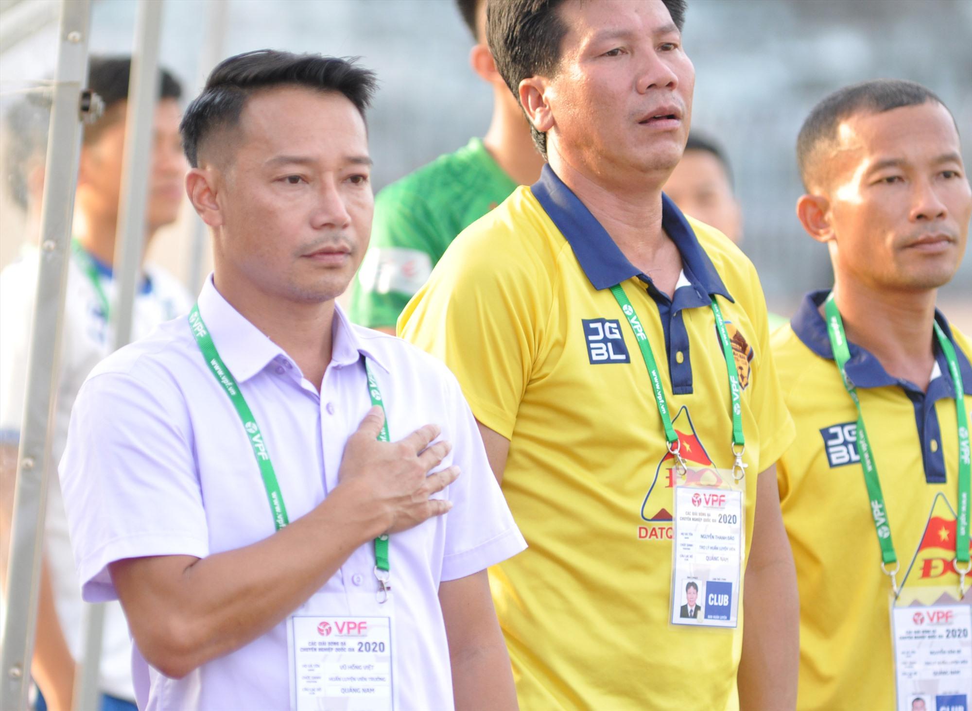HLV Vũ Hồng Việt tại cuộc tiếp đón Viettel - trận đấu cuối cùng với vai trò HLV trưởng Quảng Nam. Ảnh: T.V