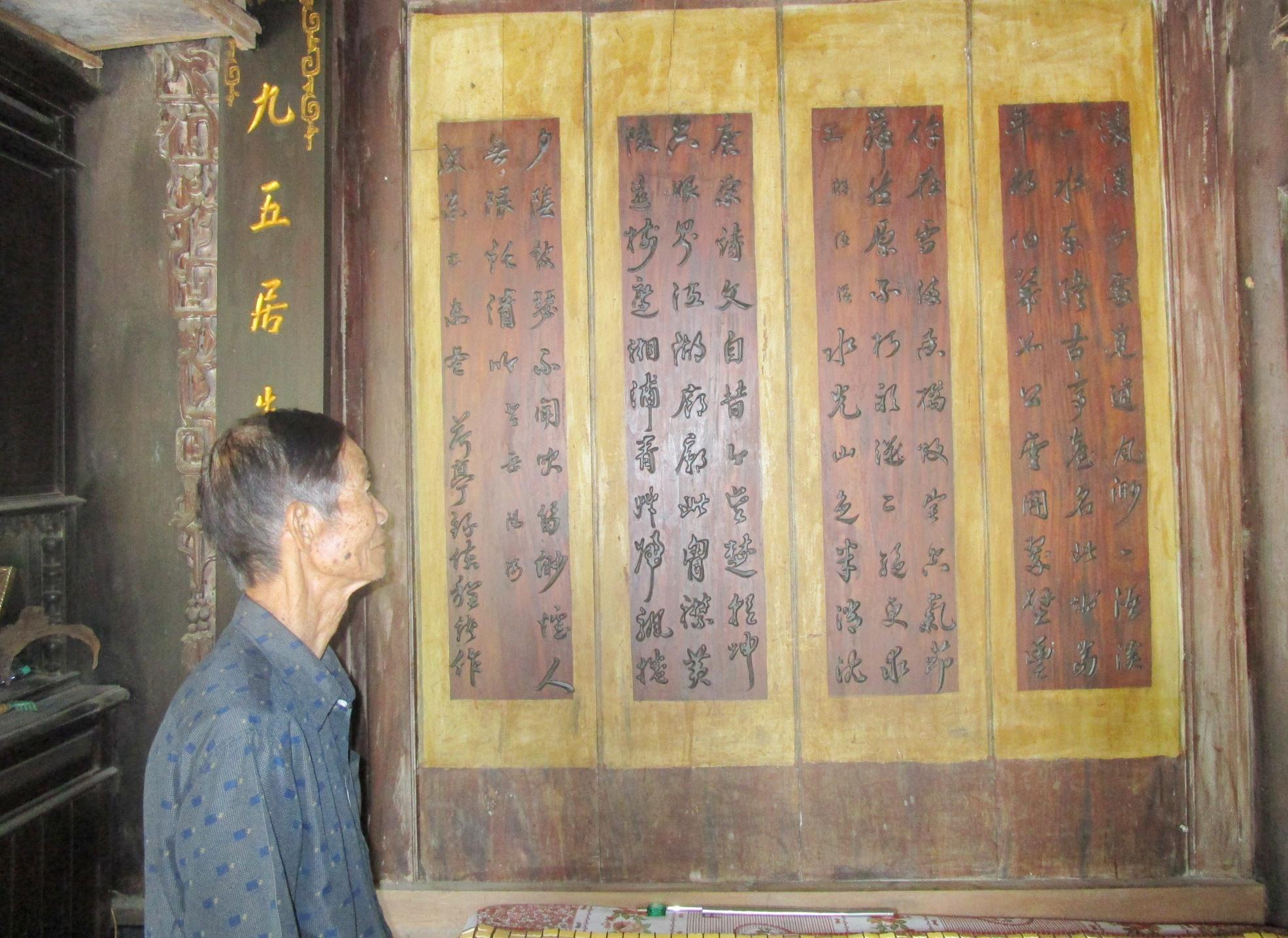 Hai bài thơ chữ thảo của Hà Đình ở vách bên hữu. Ảnh: PHÚ BÌNH