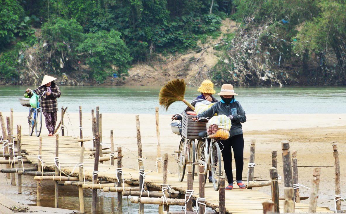 Tình trạng kiệt nước vào mùa khô ở sông Vu Gia dần trở nên quen thuộc. Ảnh: Q.T