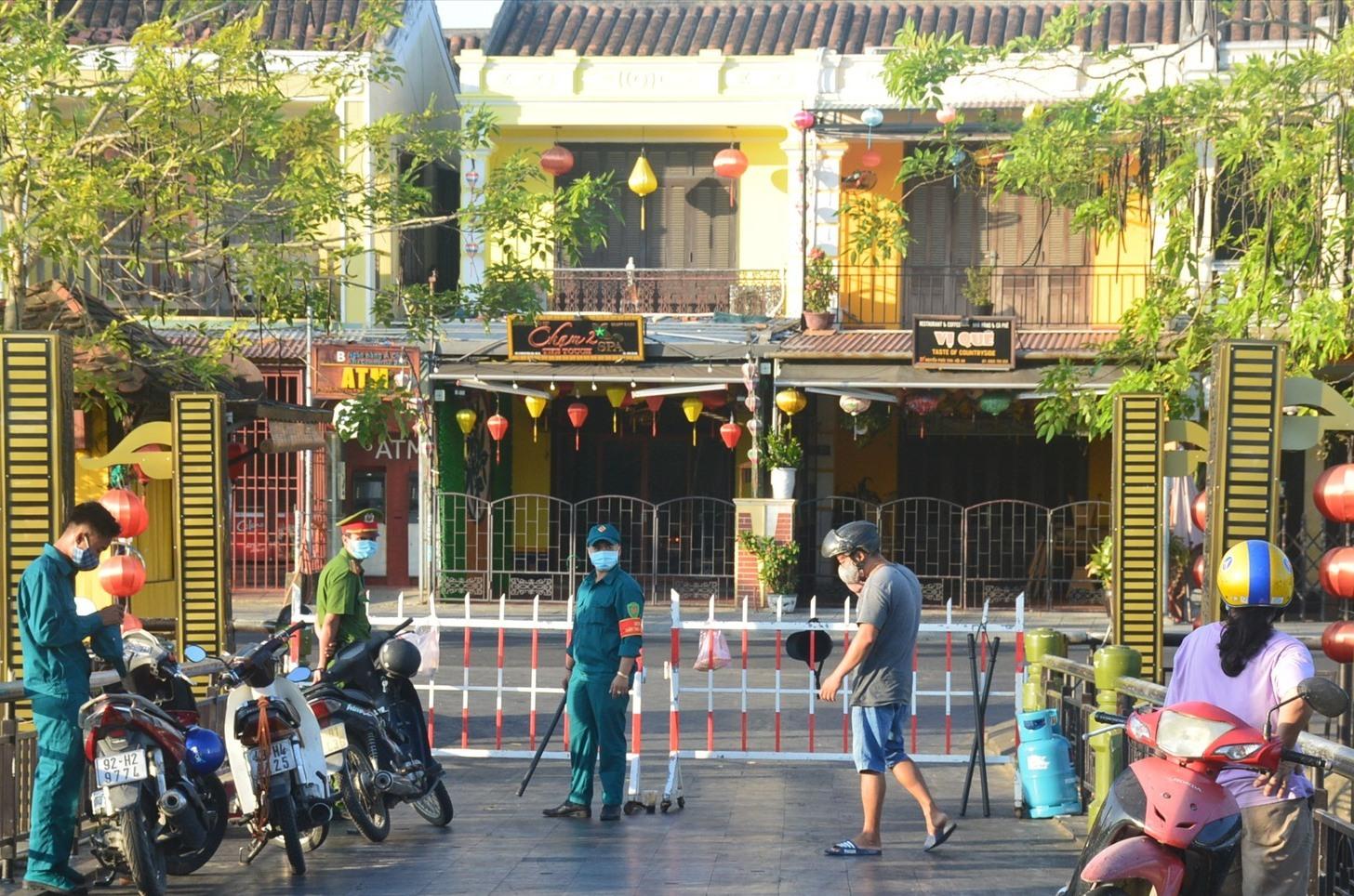 Lực lượng chức năng tiến hành rào chắn và chốt chặn tại cầu An Hội. Ảnh: Q.T