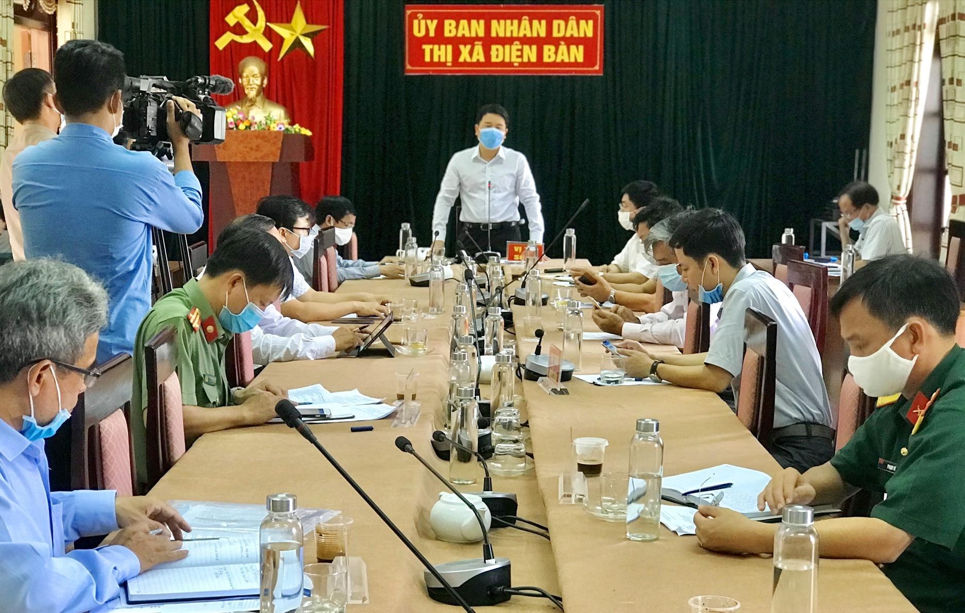 Phó Chủ tịch UBND tỉnh Trần Văn Tân chủ trì buổi làm việc về phòng, chống dịch Covid-19 tại Điện Bàn. Ảnh: Q.T