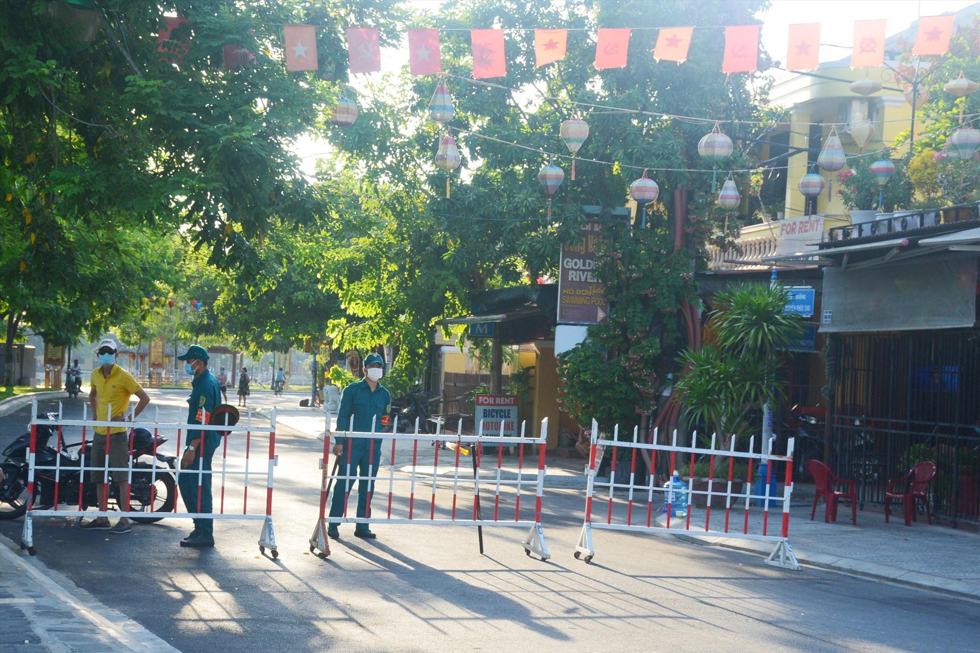Chốt kiểm soát trên đường Nguyễn Phúc Chu. Ảnh: Q.T