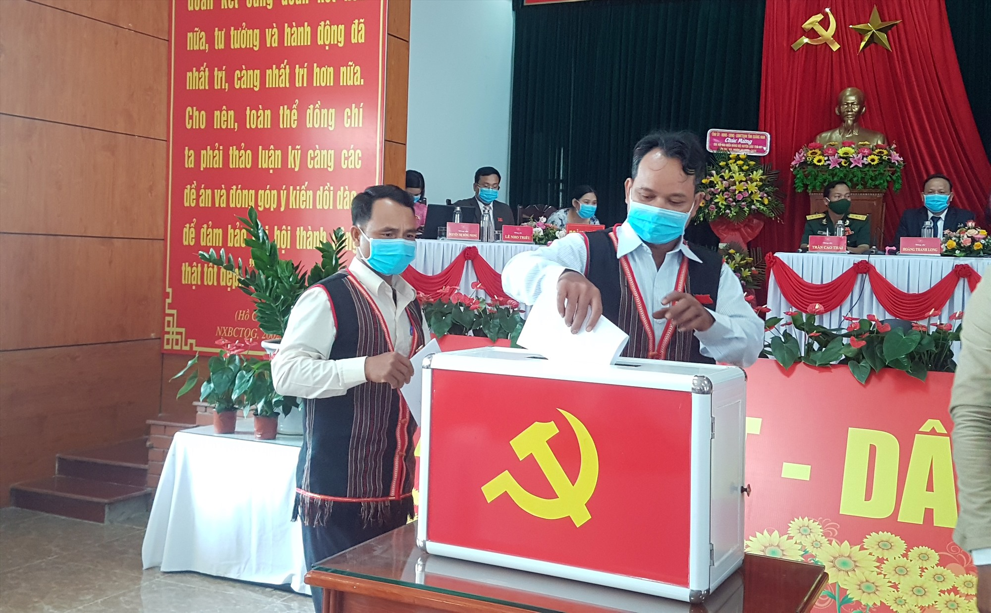Đại biểu tham gia Đại hội bỏ phiếu bầu Ban chấp hành Đảng bộ huyện Bắc Trà My nhiệm kỳ 2020 - 2025. Ảnh: D.L