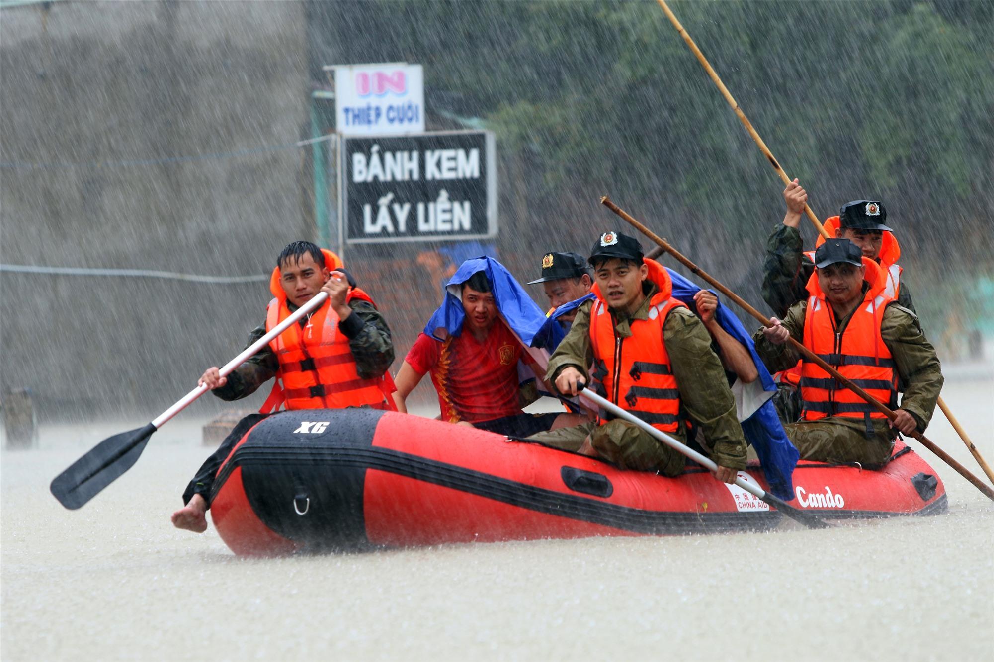 Cán bộ, chiến sĩ dầm trong lũ sơ tán dân ở xã Tam Đàn (Phú Ninh) vùng bị ngập sâu đến nơi an toàn. Ảnh: T.C