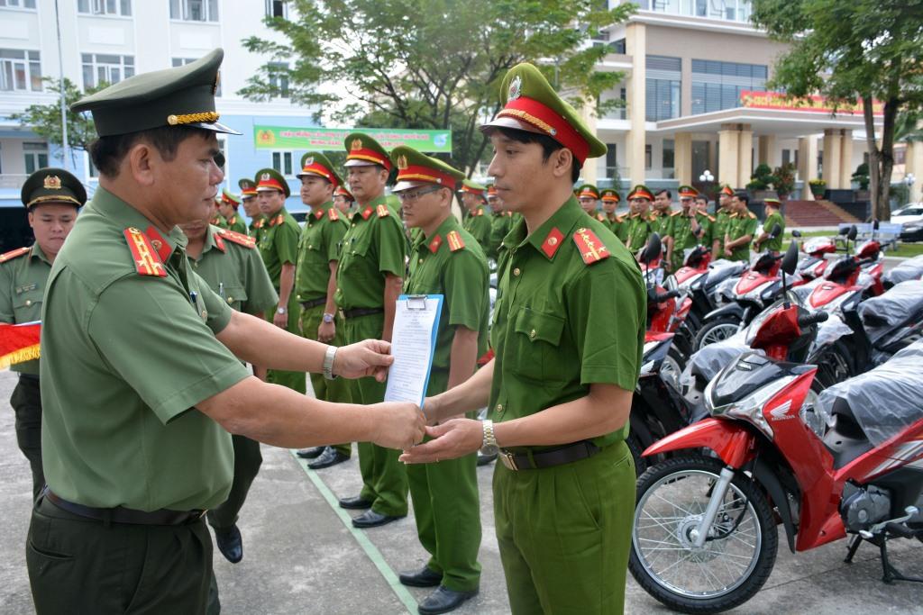 Công an tỉnh trao xe máy cho công an chính quy được điều động về xã. Ảnh: T.C
