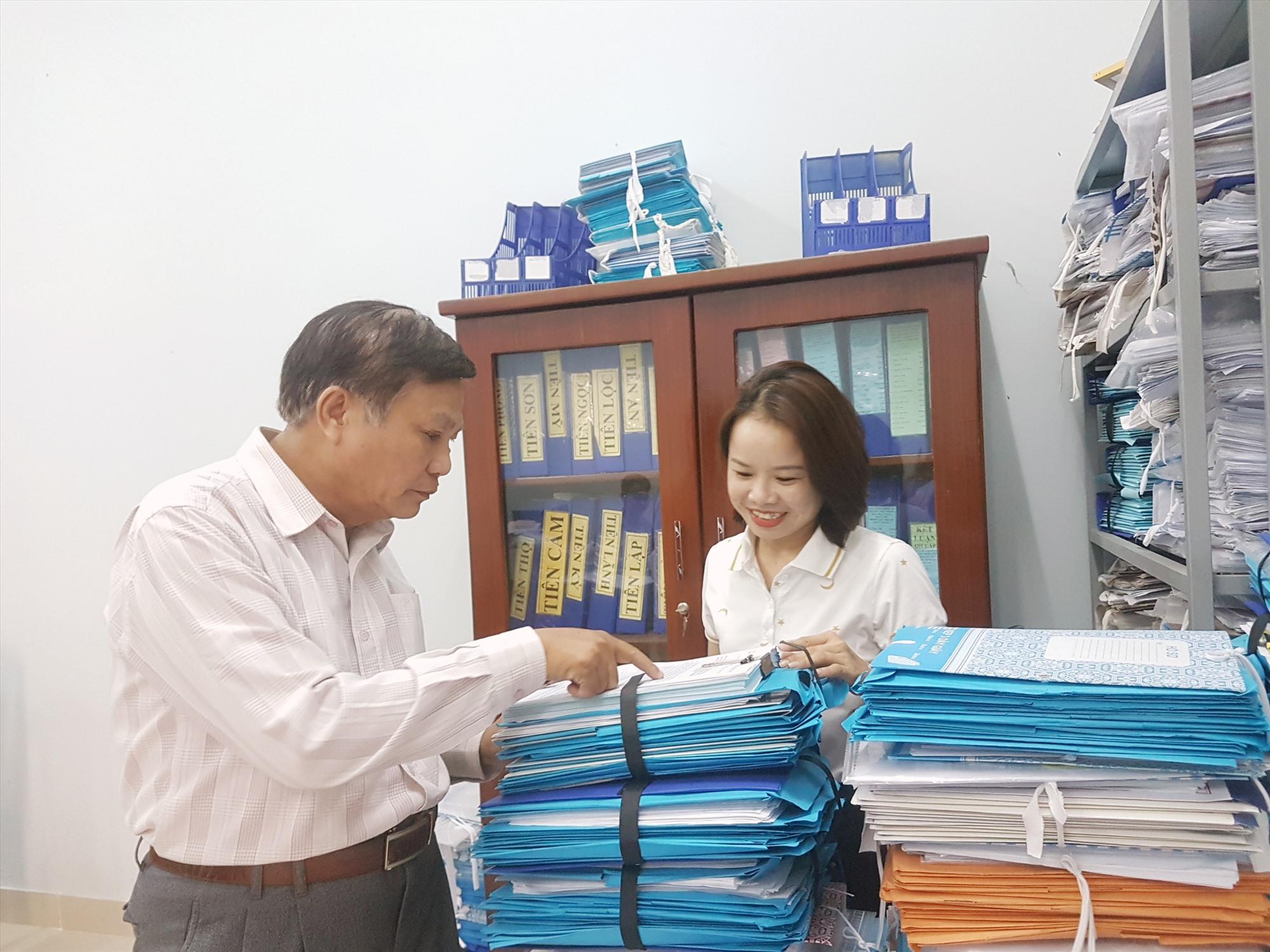 Bí thư Huyện ủy Phạm Văn Đốc kiểm tra hồ sơ cán bộ. Ảnh: D.L