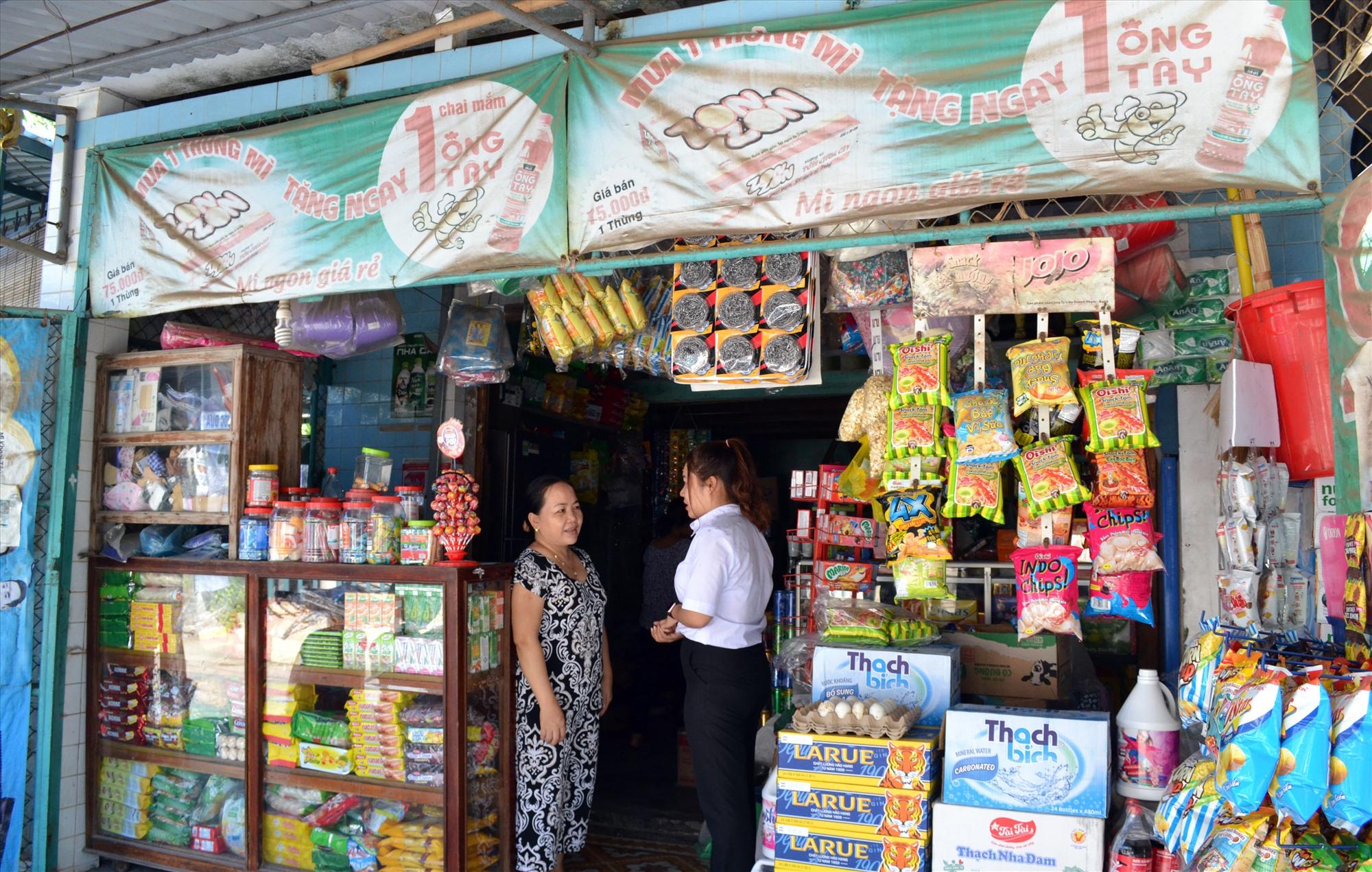Bà Nguyễn Thị Luật trao đổi với cán bộ xã Tam Hải về tín dụng chính sách xã hội. Ảnh: VIỆT NGUYỄN