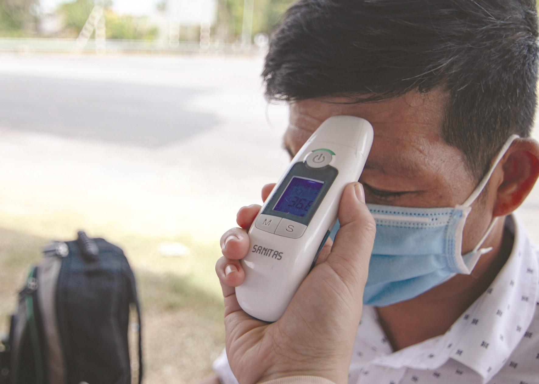 Ngoài 4 tổ chốt chặn của tỉnh, các địa phương đều đã tái lập các chốt kiểm soát phòng dịch. Người từ nơi khác đến đều được kiểm tra thân nhiệt, khai báo y tế. Ảnh: T.C
