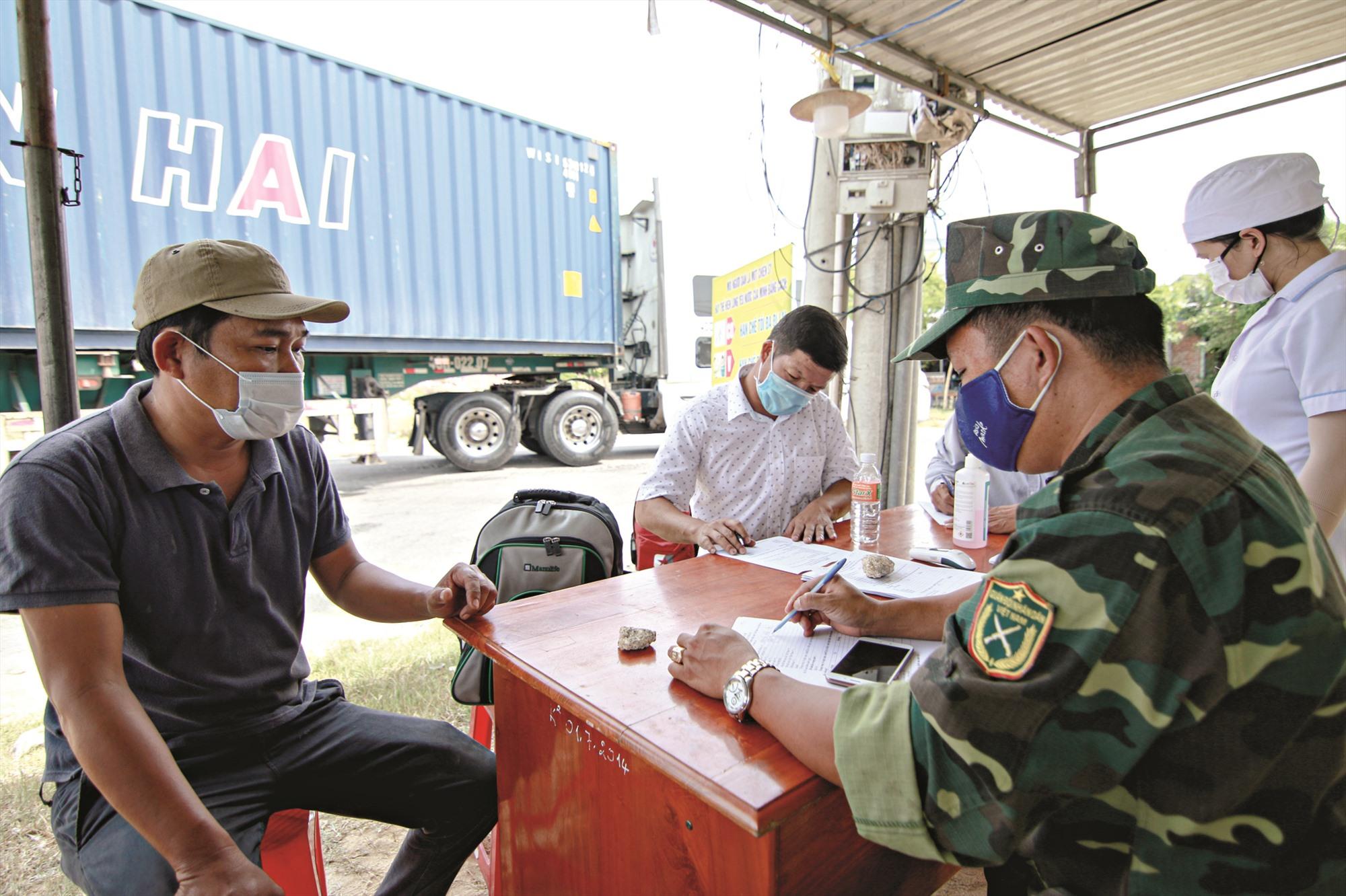 """Lực lượng quân sự, thanh niên, y tế cùng phối hợp kiểm soát chặt ở các địa phương, củng cố """"phòng tuyến"""" chống dịch. Ảnh: T.C"""