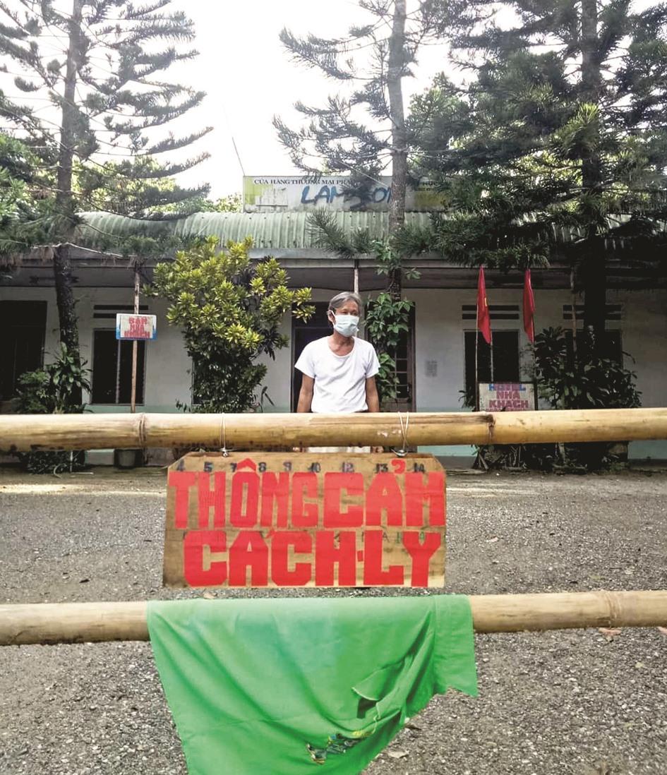 Một người dân ở xã Mà Cooih (Đông Giang) tự dựng hàng rào cách ly với hàng xóm sau khi trở về từ Đà Nẵng. Hình ảnh này nhận được khá nhiều lượt chia sẻ trên mạng xã hội. Ảnh: Fanpage Yêu Đông Giang