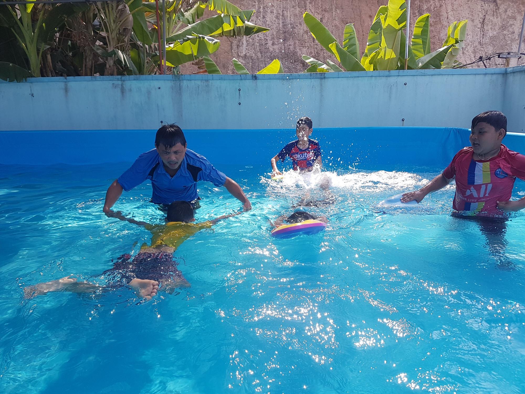 Đảm bảo an toàn trong môi trường nước thông qua các lớp dạy bơi là điều quan trọng cho trẻ. Ảnh: KHÔI LỆ