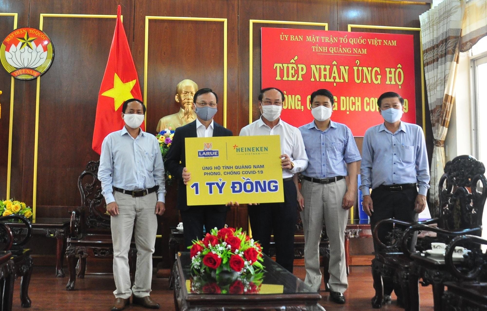 Ủy ban MTTQ Việt Nam tỉnh tiếp nhận biểu trưng ủng hộ 1 tỷ đồng từ Công ty TNHH Nhà máy bia Heineken Việt Nam. Ảnh: VINH ANH
