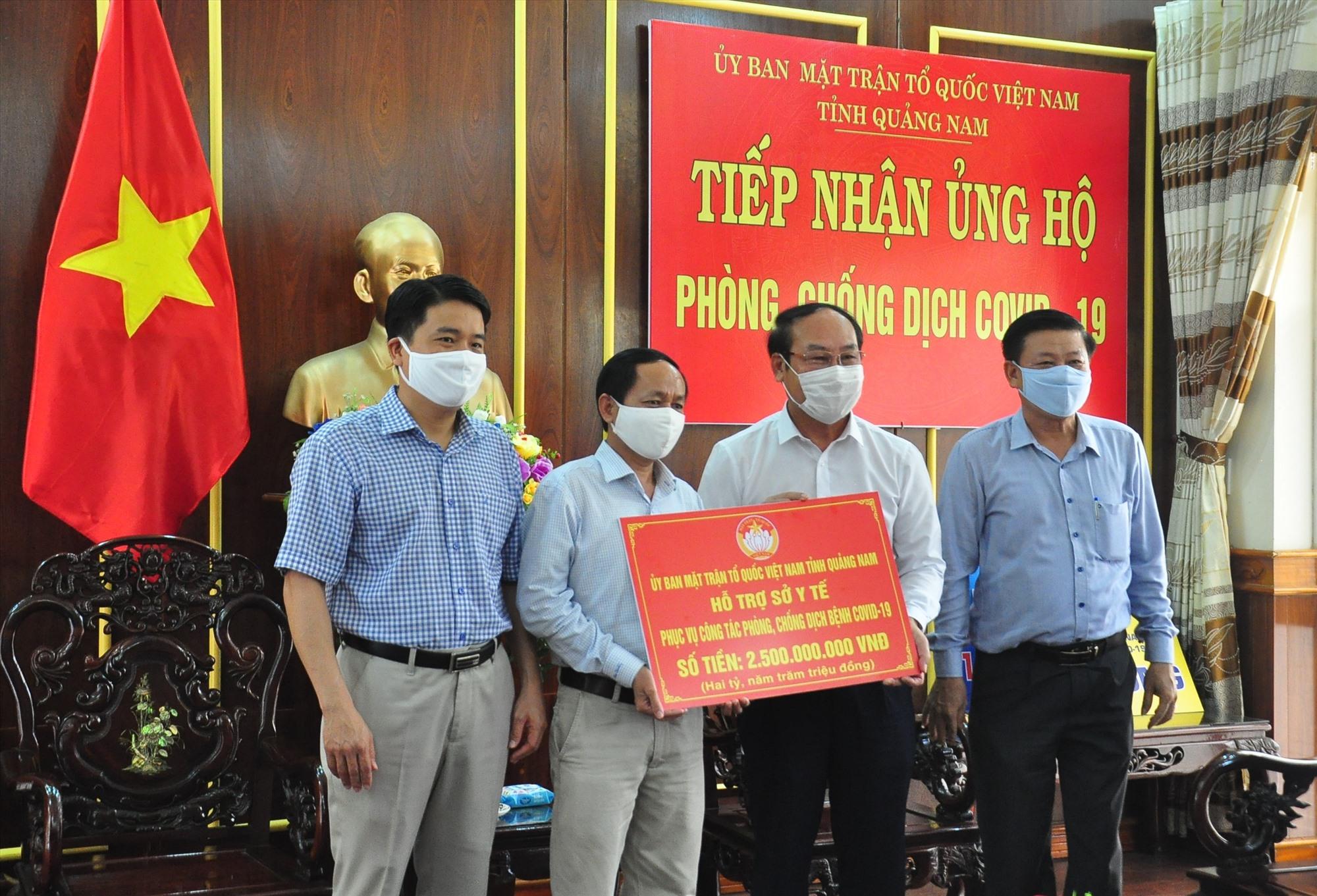 Thông qua nguồn lực vận động, Ủy ban MTTQ Việt Nam tỉnh trao nguồn hỗ trợ 2,5 tỷ đồng cho lãnh đạo Sở Y tế để phục vụ công tác phòng chống dịch bệnh Covid-19. Ảnh: VINH ANH