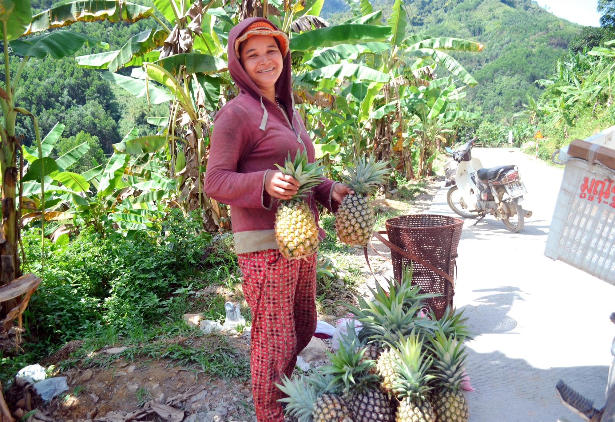 Hệ thống giao thông được đầu tư giúp chị Abat Thị Chiến thuận lợi trong thu mua nông sản địa phương. Ảnh: CÔNG TÚ