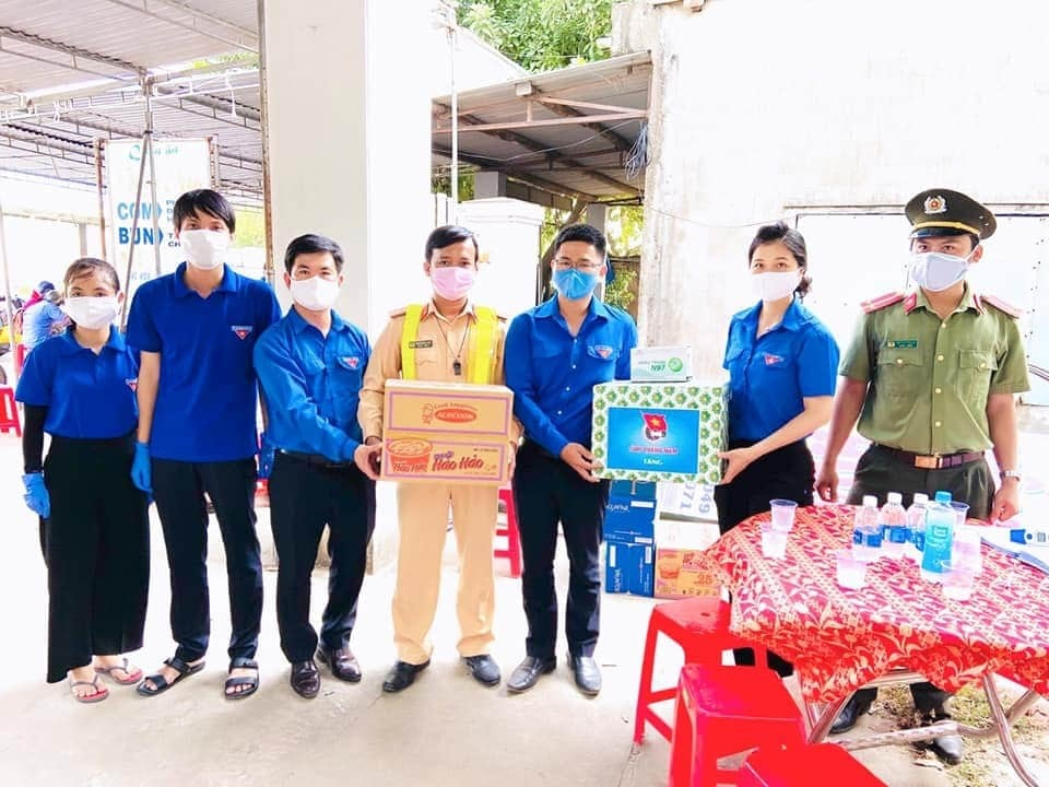 Bí thư Tỉnh đoàn Phạm Thị Thanh tặng quà động viên các bạn thanh niên tình nguyện tại điểm trực chốt trên tuyến quốc lộ 14B (Đại Lộc).