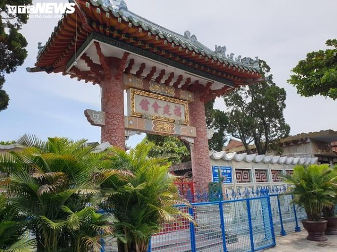 Popular tourist sites such as the Fukian Assembly Hall, also known as Phuc Kien, temporarily suspend activities.