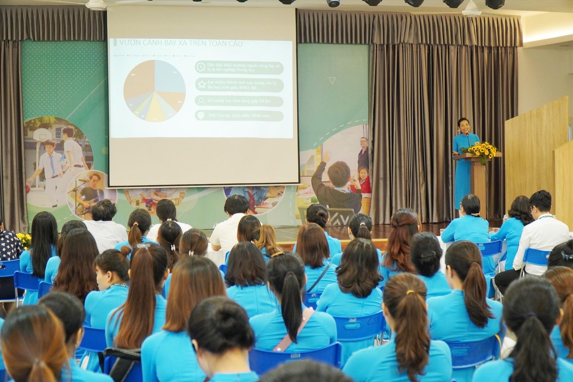Thạc sỹ Nguyễn Thu Hà -Hiệu trưởng Trường Tiểu học, THCS và THPT SKy -Line báo cáo kết quả thực hiện 5 Đề án đổi mới giáo dục tại Hội thảo. Ảnh NTB