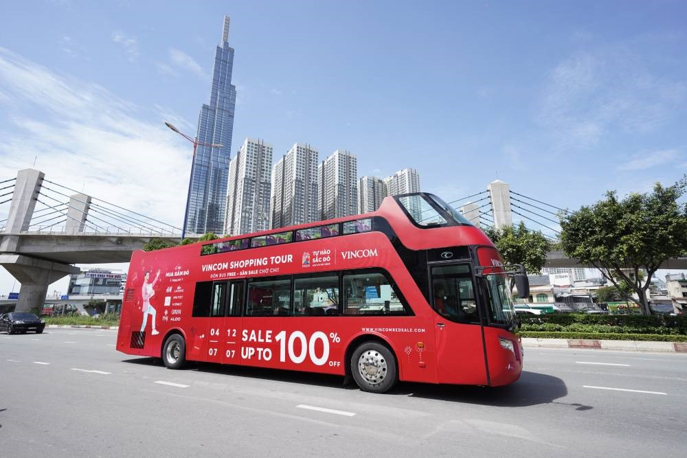 Vincom Shopping Tour - Loạt xe bus 2 tầng nổi bật diễu hành qua các điểm công cộng để đưa đón khách hàng tới TTTM mua sắm miễn phí vào 2 ngày 04 - 05/07.