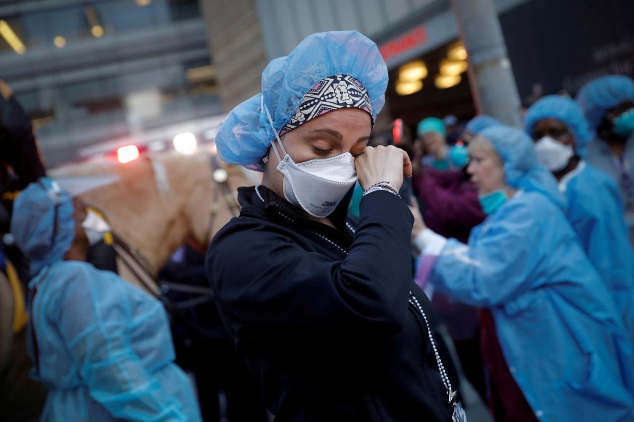 Đội ngũ nhân viên y tế trên toàn cầu đang ngày đêm chống chọi với đại dịch Covid-10. Ảnh: Reuters