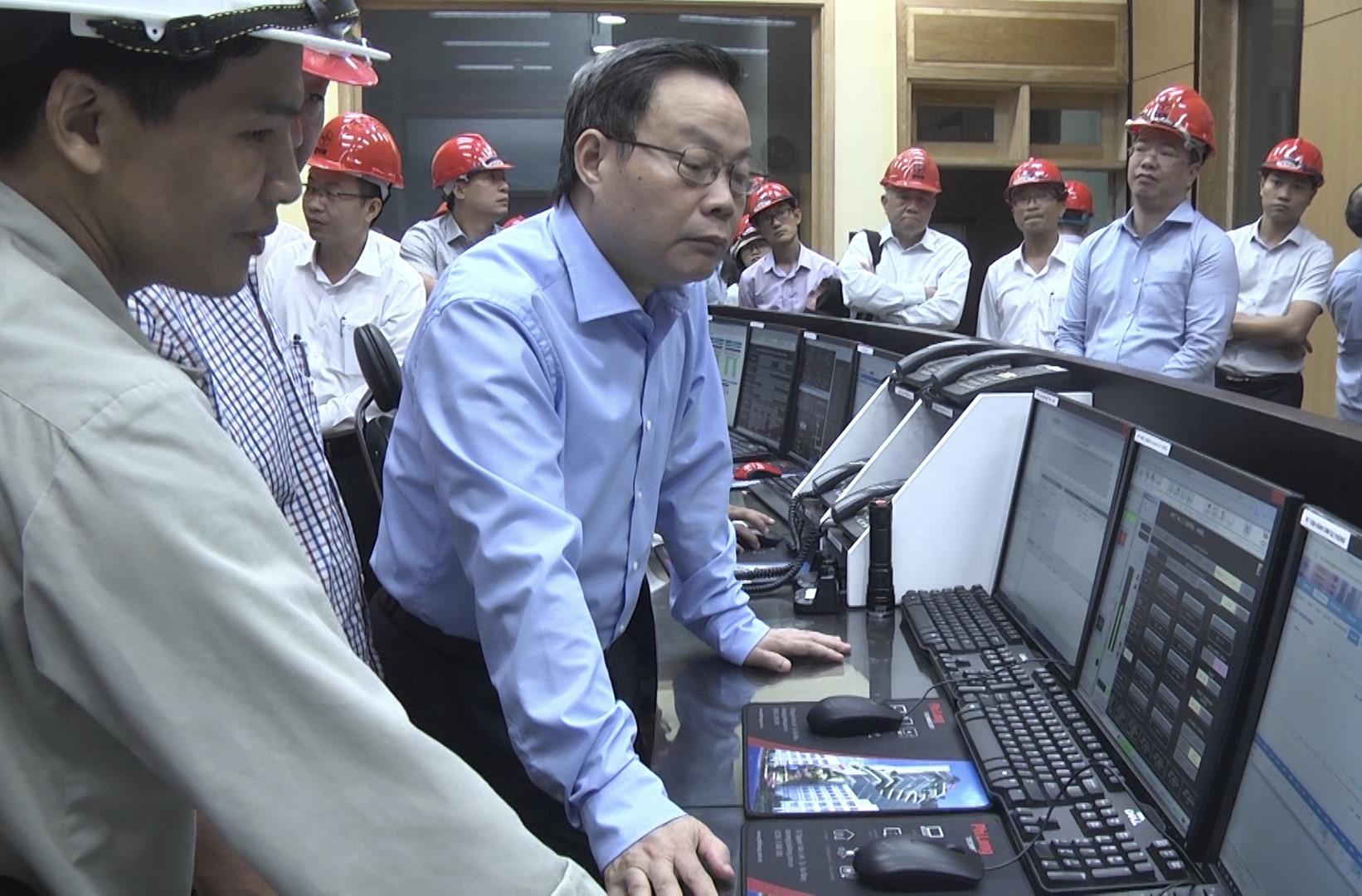 Phó Chủ tịch Quốc hội Phùng Quốc Hiển thăm nhà điều hành Thủy điện A Vương