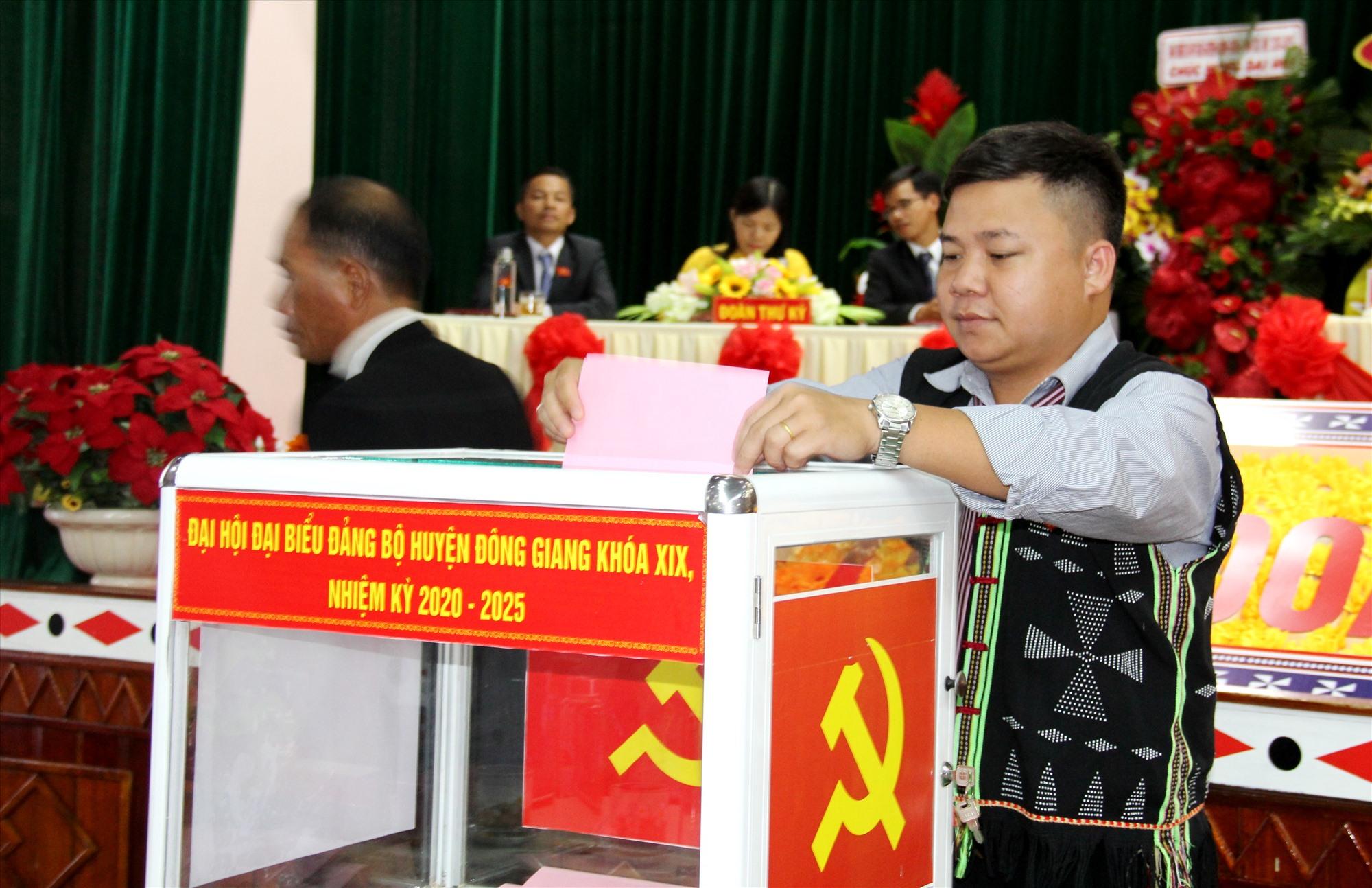 Các đại biểu bỏ phiếu bầu Ban chấp hành Đảng bộ huyện Đông Giang nhiệm kỳ 2020 - 2025. Ảnh: A.N