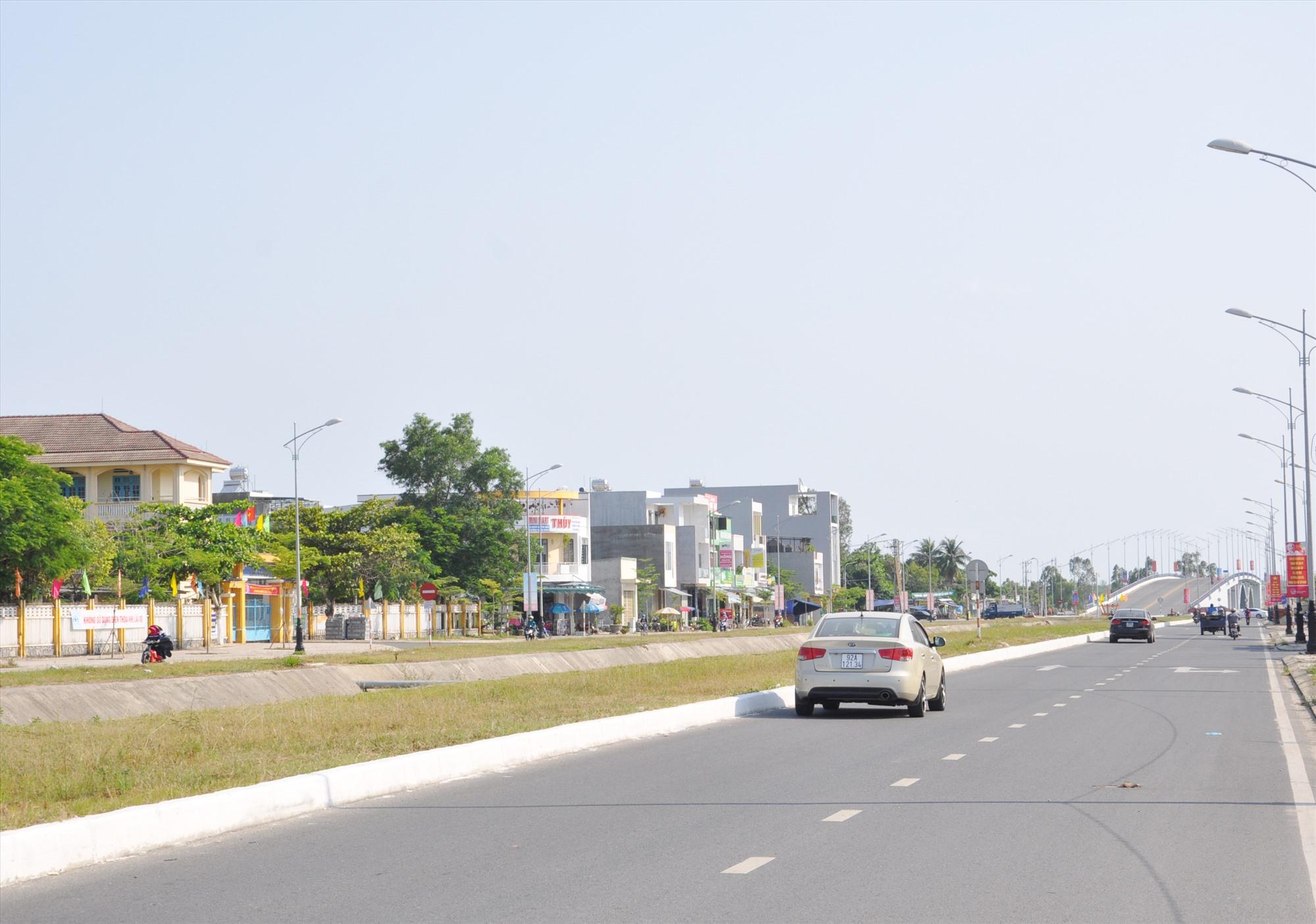 Để xây dựng tuyến đường Điện Biên Phủ, Tam Kỳ đã giải tỏa, bồi thường cho hàng trăm hộ dân. Ảnh: T.V