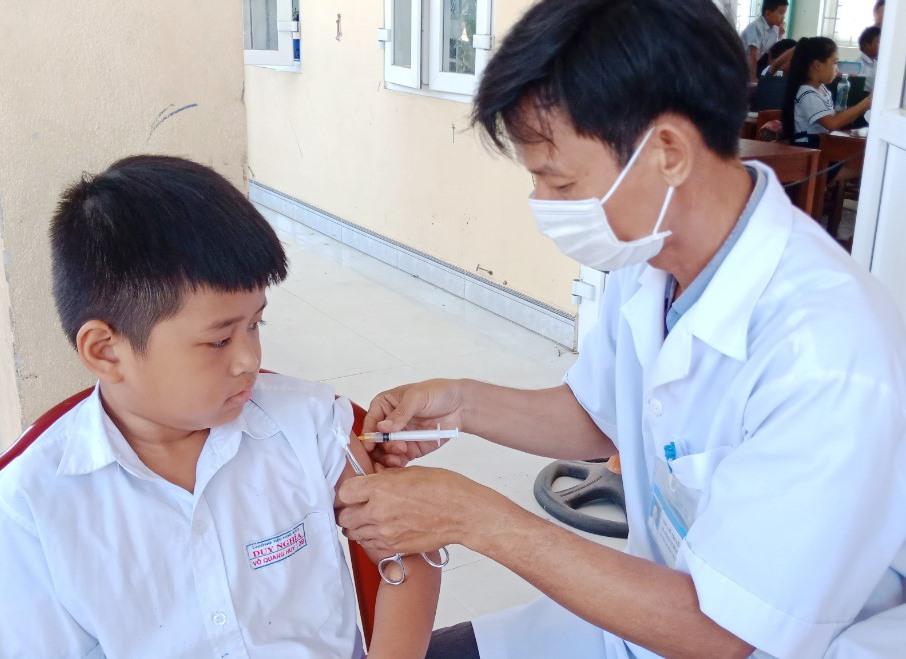 Tiêm vắc xin phòng bạch hầu mũi 3 tại Duy Xuyên. Ảnh: TRƯỞNG HOA