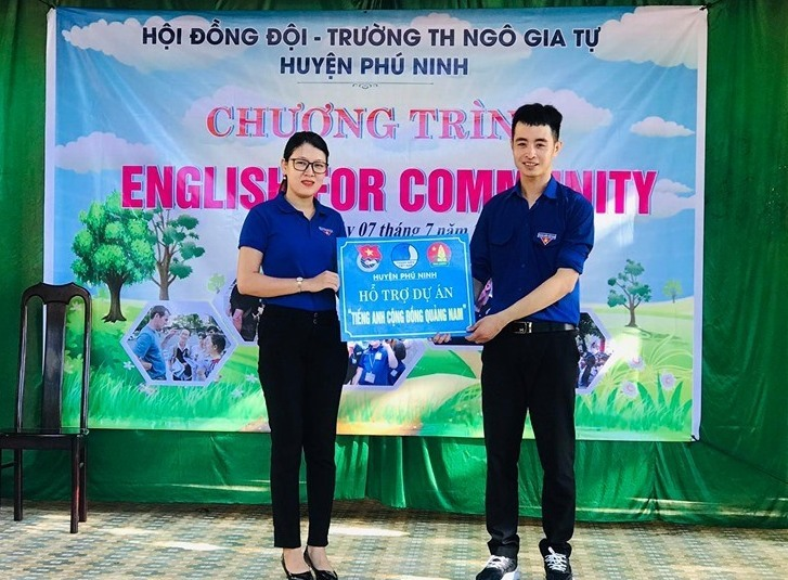 """Hội đồng Đội huyện Phú Ninh đã tặng biểu trưng hỗ trợ dự án """"Tiếng anh cộng đồng"""". Ảnh: THÁI CƯỜNG"""