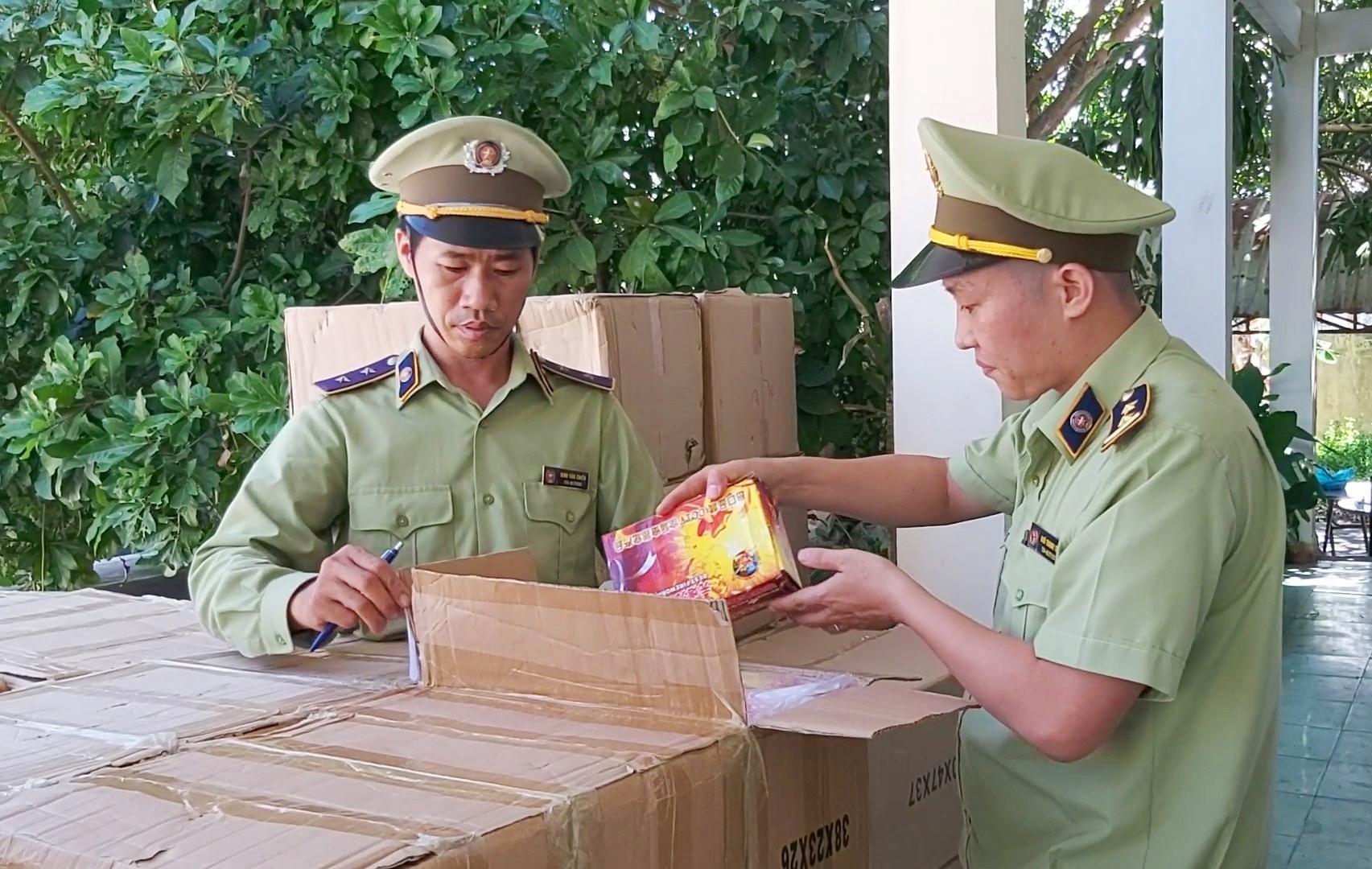 Lực lượng Quản lý thị trường Quảng Nam phát hiện hơn 800 kg pháo các loại không rõ nguồn gốc xuất xứ trên xe tải. Ảnh: THANH THẮNG