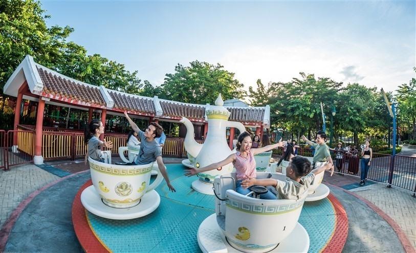 Du khách thích thú trải nghiệm trò chơi mới tại Asia Park Dà Nẵng. Ảnh NTB