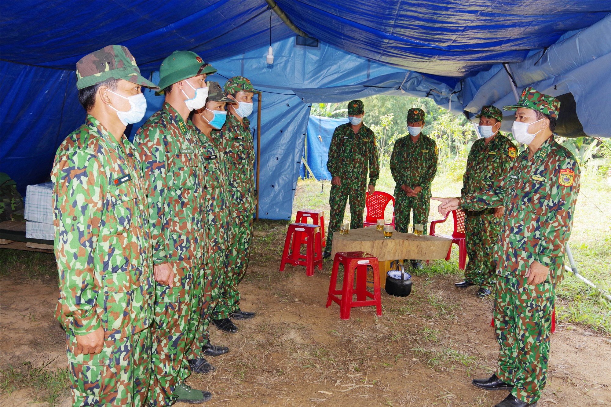 Đại tá Nguyễn Bá Thông - Chỉ huy trưởng BĐBP tỉnh (bên phải) kiểm tra, động viên lực lượng cắm chốt phòng chống dịch bệnh Covid-19 tại biên giới của huyện Nam Giang. Ảnh VĂN VINH