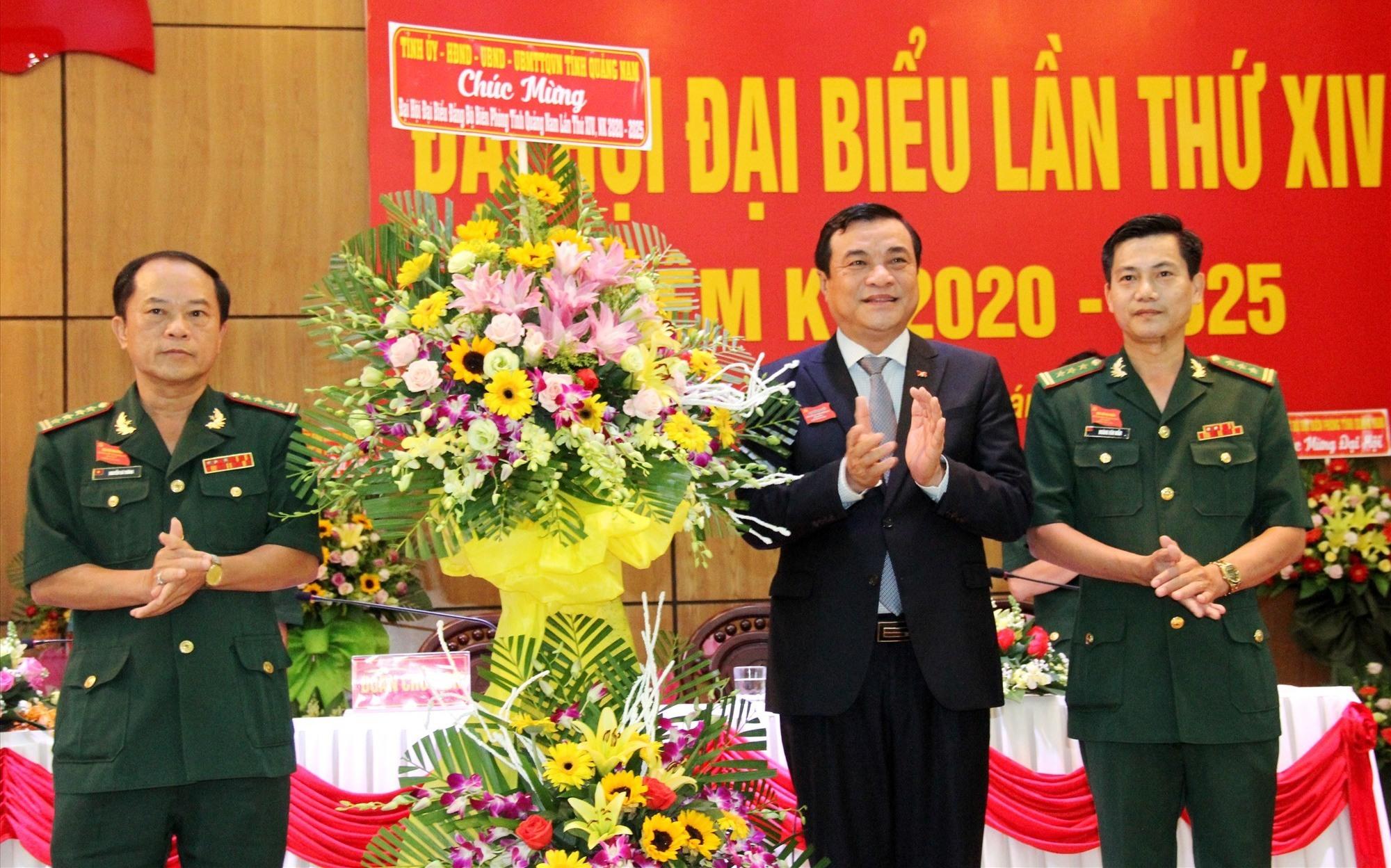 Bí thư Tỉnh ủy Phan Việt Cường tặng hoa chúc mừng đại hội. Ảnh: A.N
