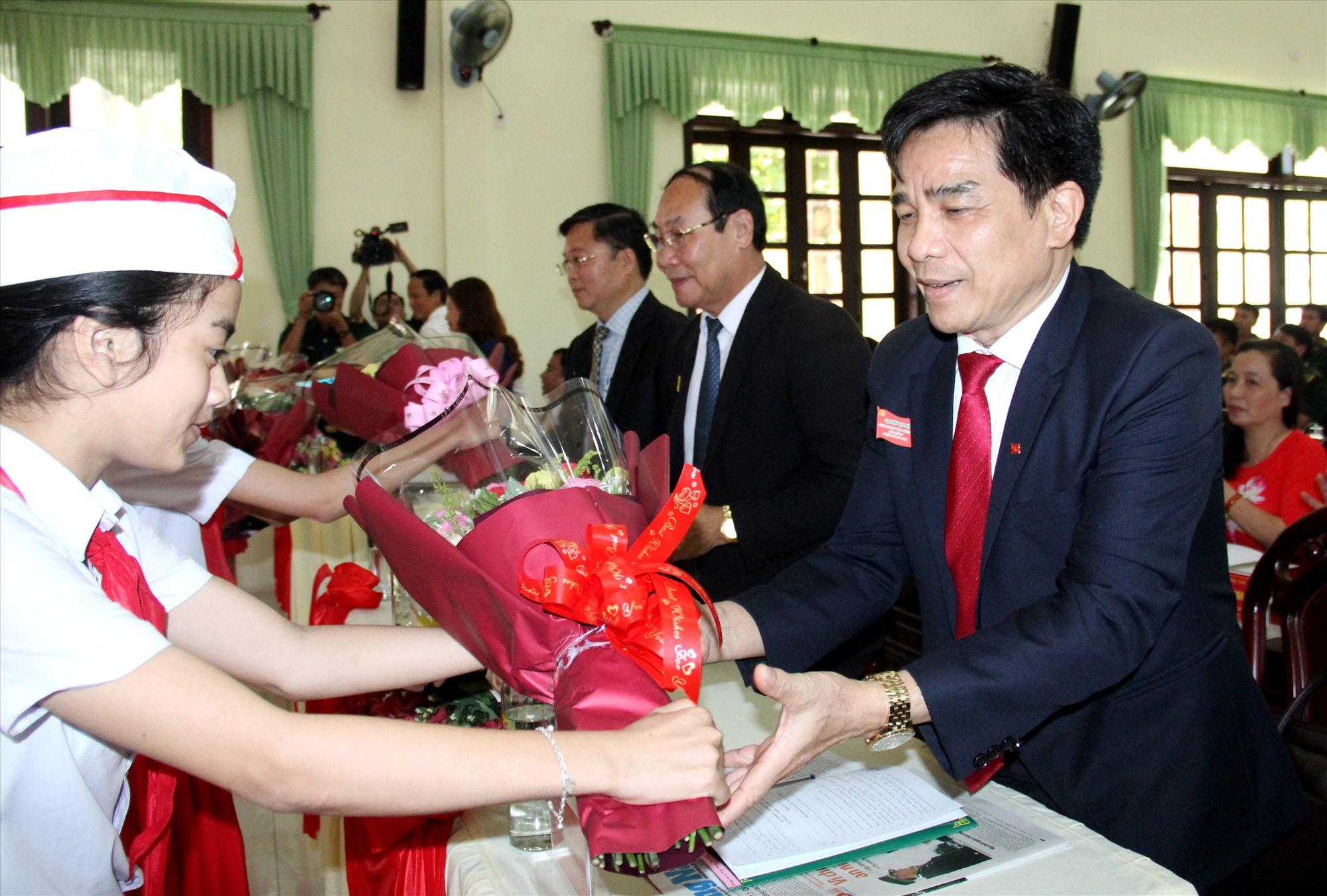 """Các cháu thiếu nhi - những """"con nuôi"""" của BĐBP tỉnh tặng hoa cho đại biểu dự đại hội. Ảnh: A.N"""