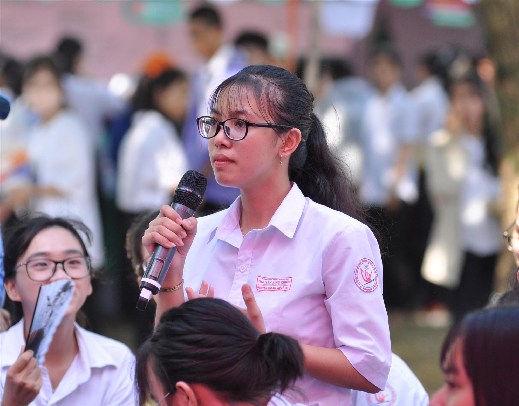 Ngành GD-ĐT phối hợp với Báo Tuổi Trẻ tổ chức tư vấn tuyển sinh thu hút khá đông học sinh các trường tại Tam Kỳ và các địa phương lân cận. Ảnh: X.P