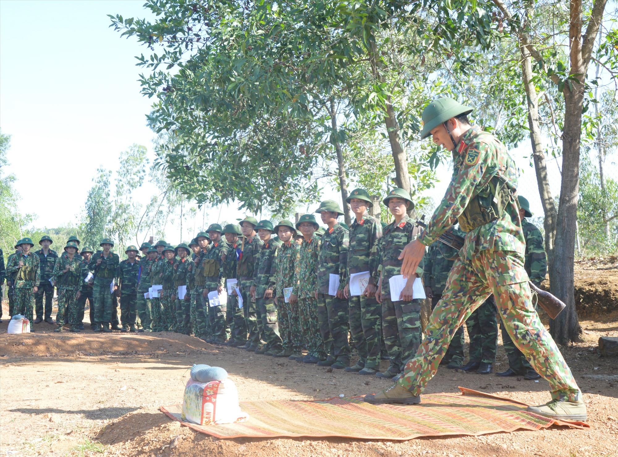 Huấn luyện chiến thuật cho cán bộ khung Tiểu đoàn DBĐV 117 TP.Tam Kỳ. Ảnh: T.A