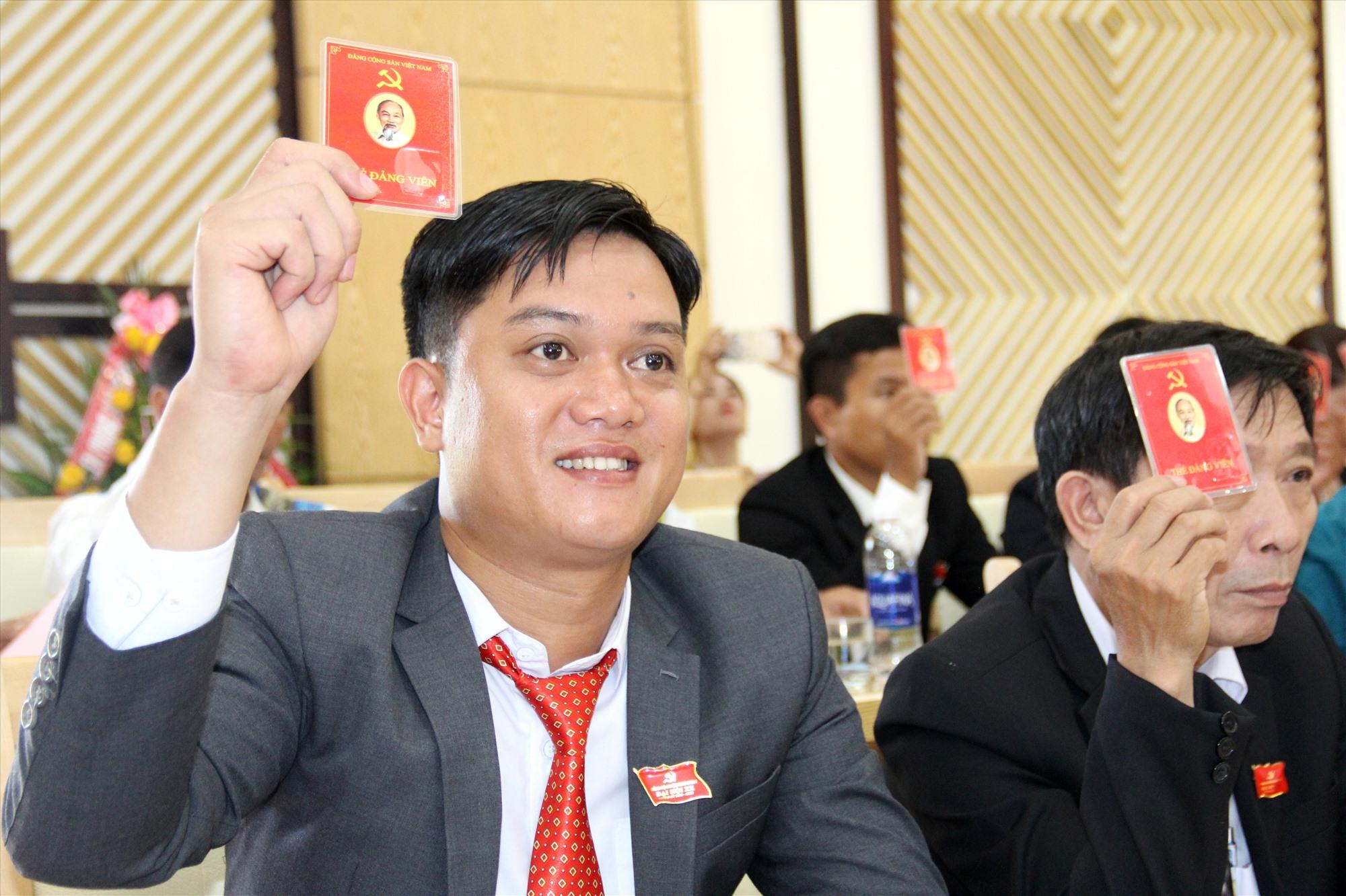 Đại biểu biểu quyết thống nhất với đề án nhân sự bssfu cấp ủy khóa XX do Ban chấp hành Đảng bộ huyện khóa XIX chuẩn bị. Ảnh: A.N