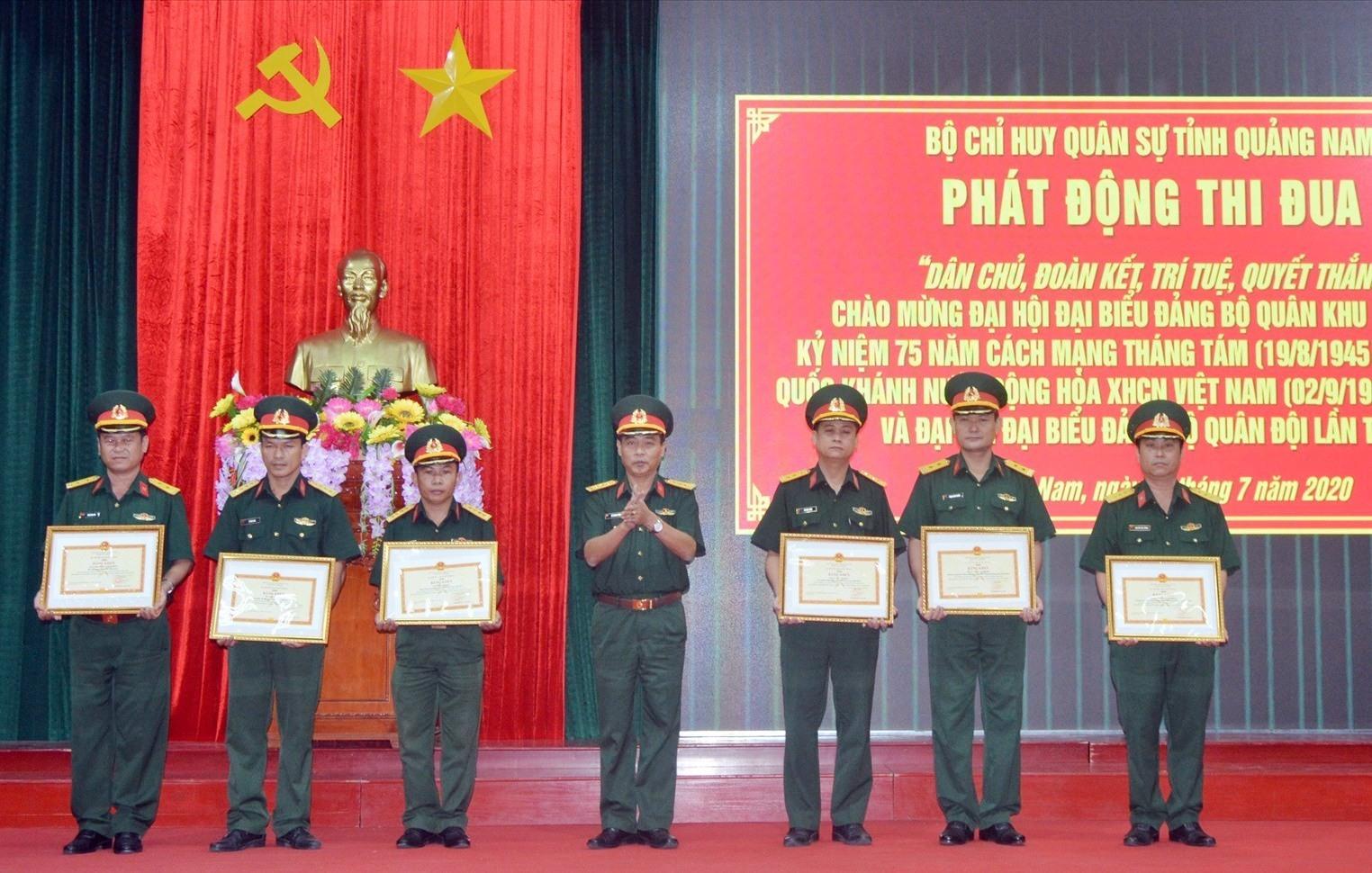 Trao Bằng khen của Bộ Quốc phòng cho 03 tập thể và 03 cá nhân.