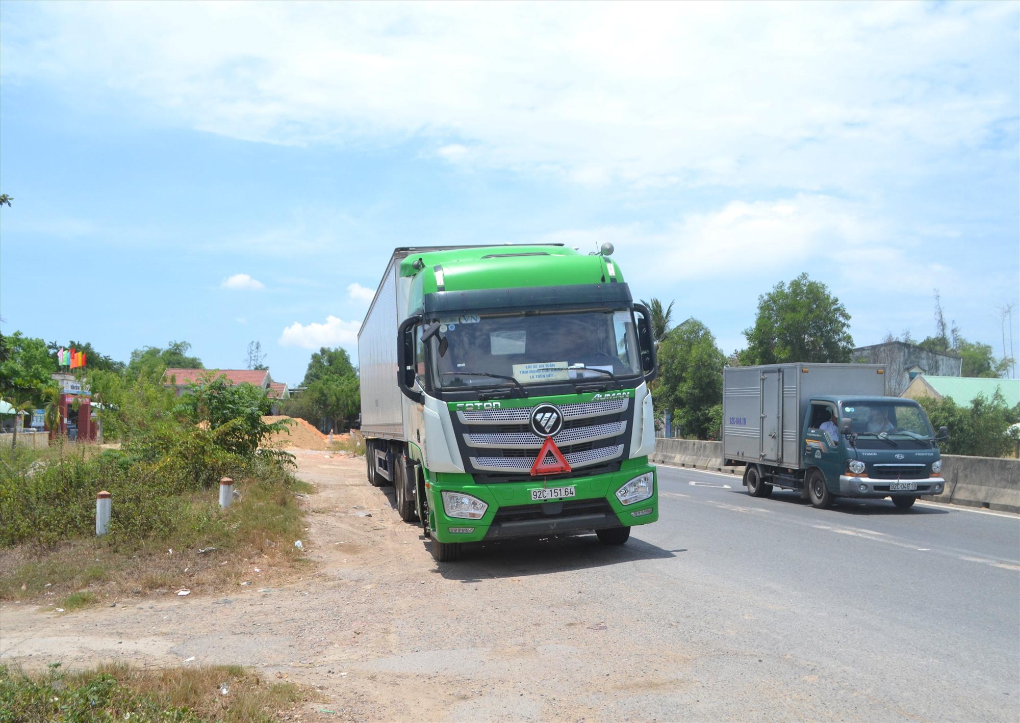 Xe đậu đỗ lấn chiếm lòng đường trên quốc lộ 1 qua xã Bình Tú (Thăng Bình). Ảnh: KHẢI KHIÊM