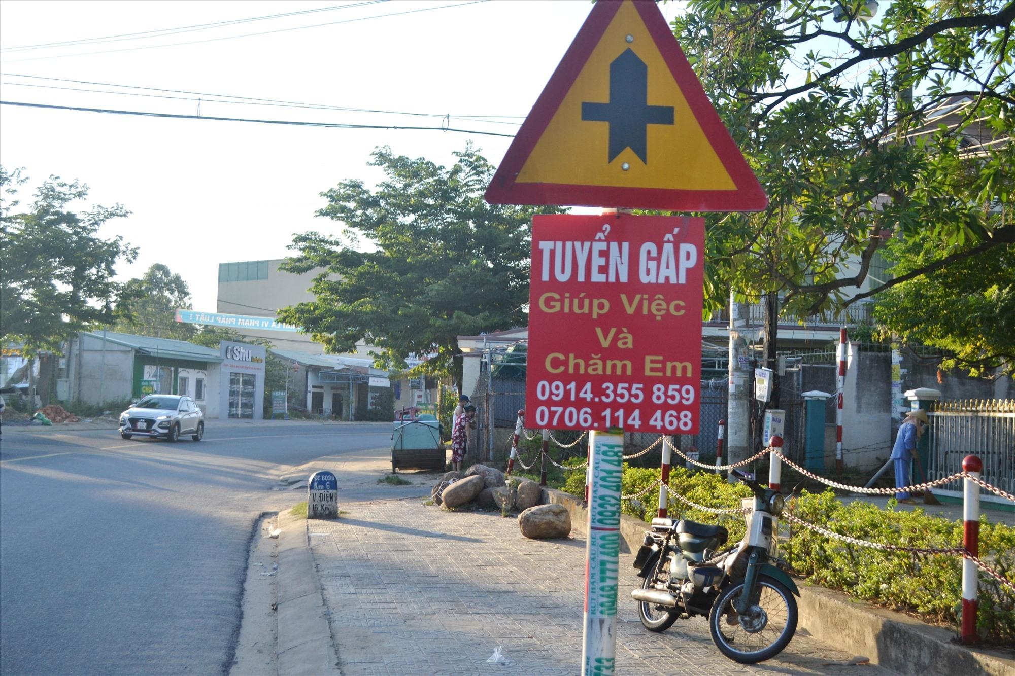 """Tấm rao vặt """"bu bám"""" biển báo trên tuyến ĐT609B, trước Bệnh viện Đa khoa khu vực miền núi phía Bắc Quảng Nam. Ảnh: T.C.T"""