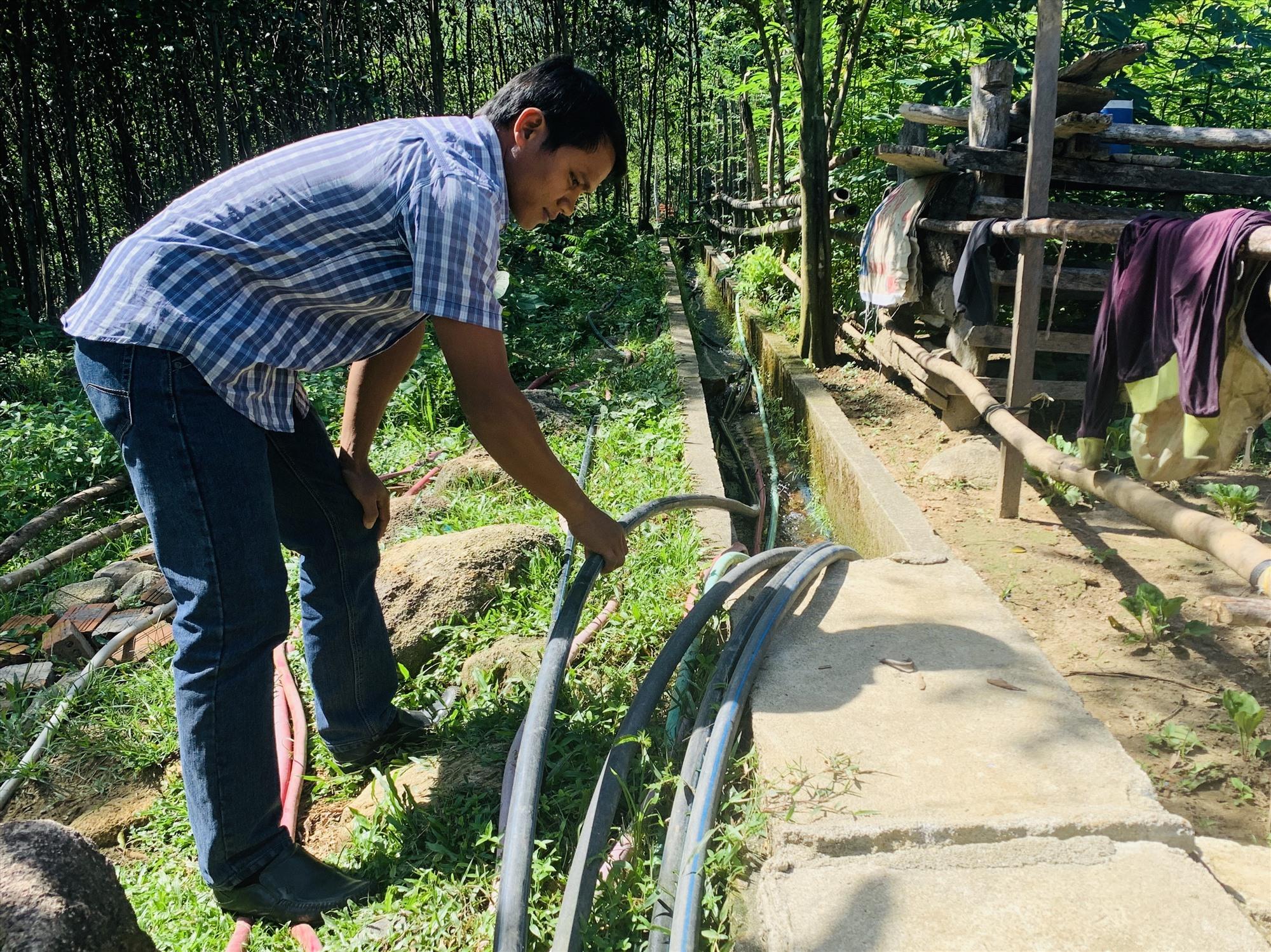 Những năm qua, xã Trà Kót đã đầu tư hơn 2.000m đường ống dẫn nước từ khe, suối đầu nguồn về phục vụ người dân. Ảnh: PHAN VINH