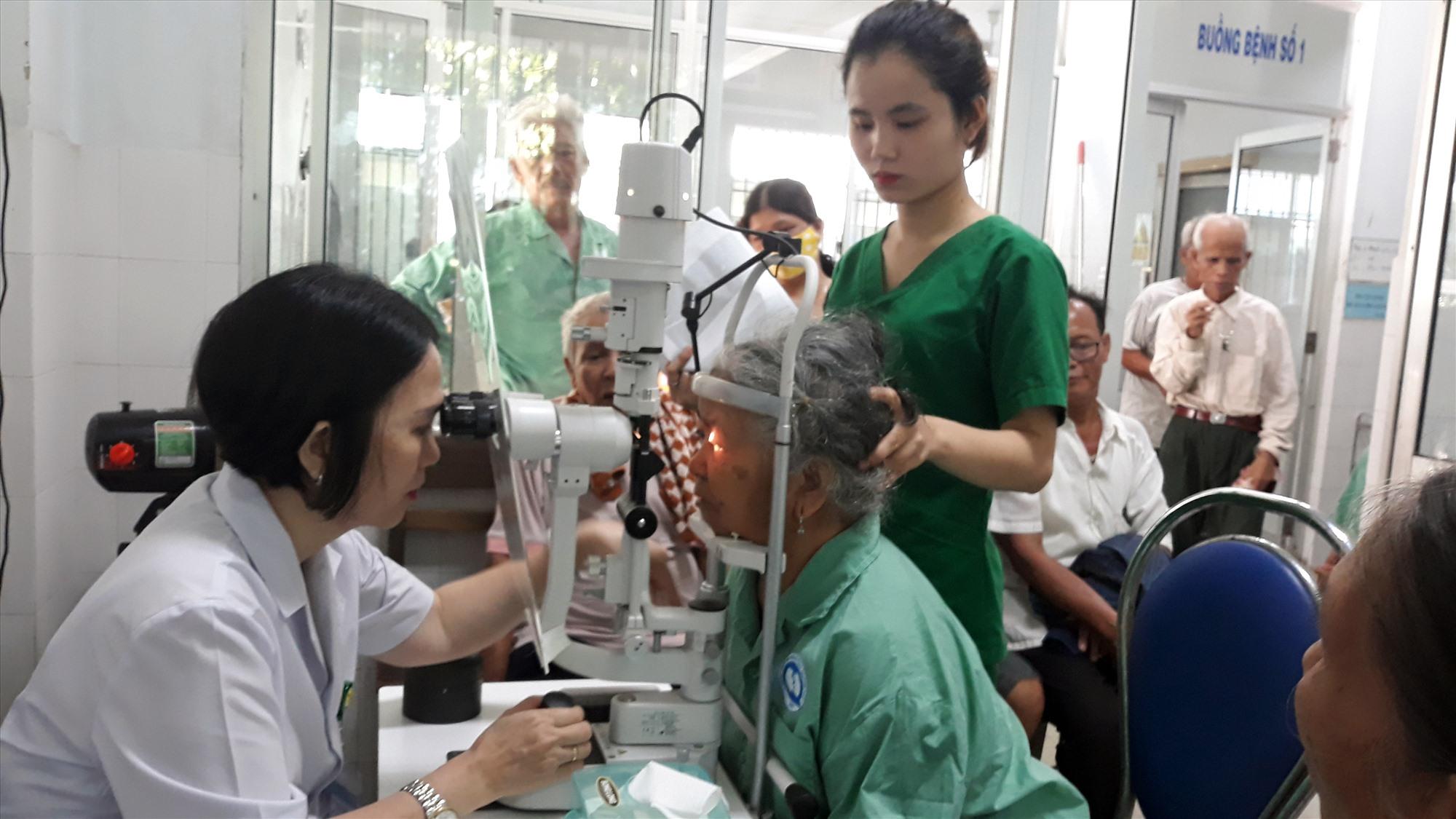 Bệnh nhân ở Nam Giang được khám tại BVĐK tỉnh trước khi phẫu thuật. Ảnh: C.N