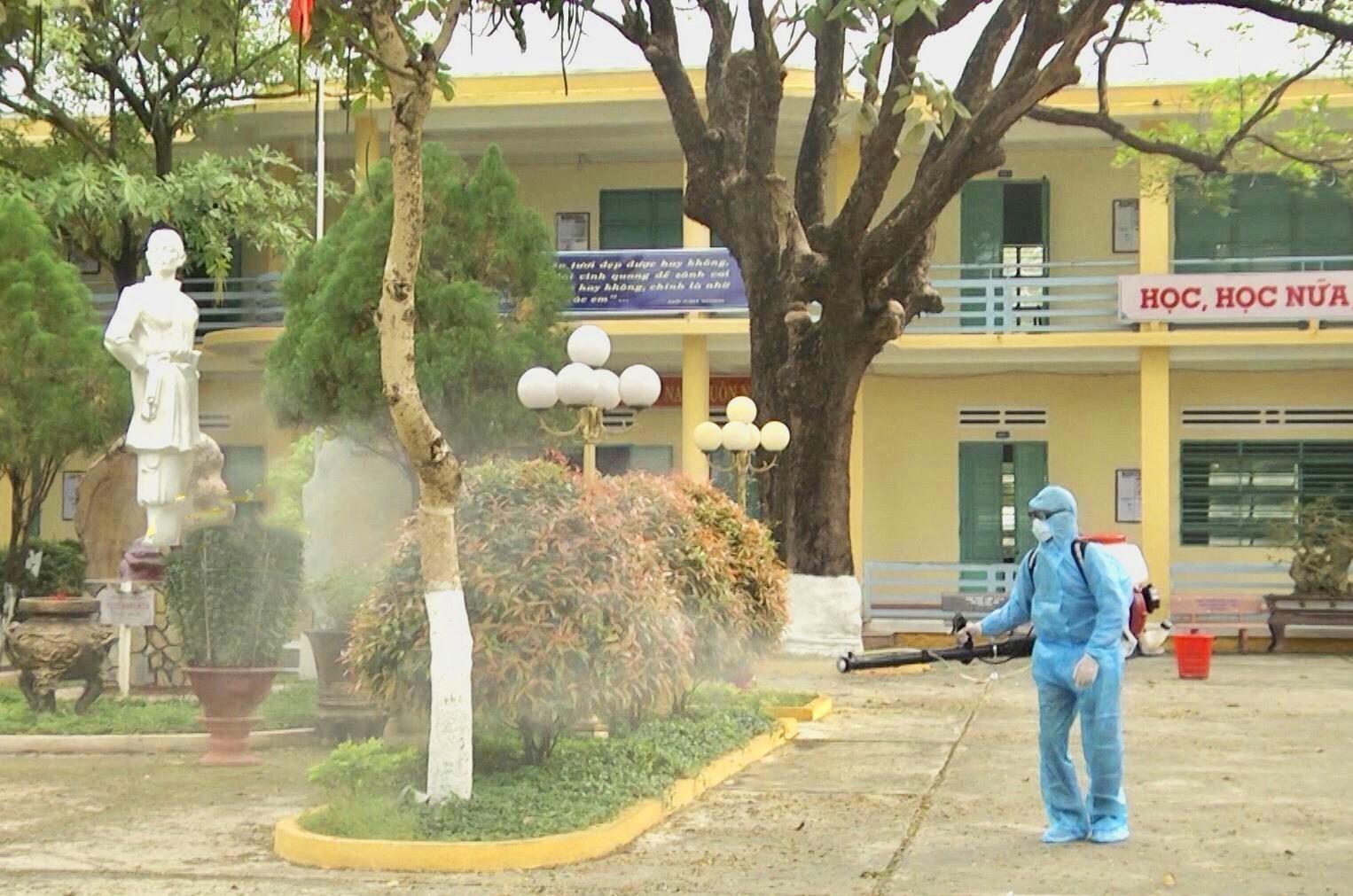 Công tác xử lý, khử trùng tại Điện Bàn đang diễn ra khẩn trương dù thời tiết không thuận lợi. Ảnh: Q.T
