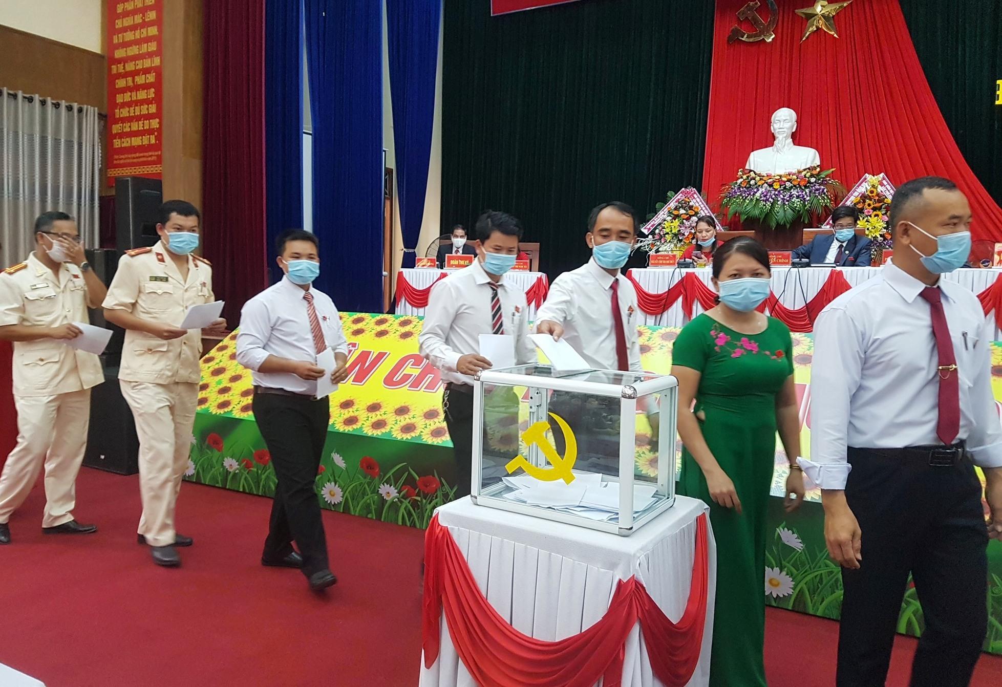 Đại biểu dự Đại hội bỏ phiếu bầu Ban chấp hành Đảng bộ huyện Tiên Phước nhiệm kỳ mới. Ảnh: D.L