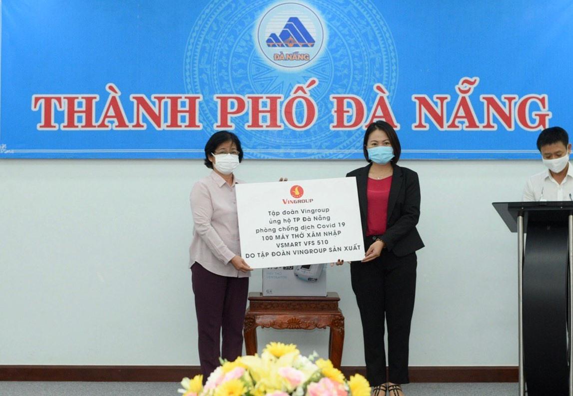 Đại diện Tập đoàn Vingroup (phải) trao tấm bảng biểu trưng tặng 100 máy thở và hỗ trợ nhân lực, thiết bị y tế để phòng chống dịch bệnh Covid-19 tại Đà Nẵng.