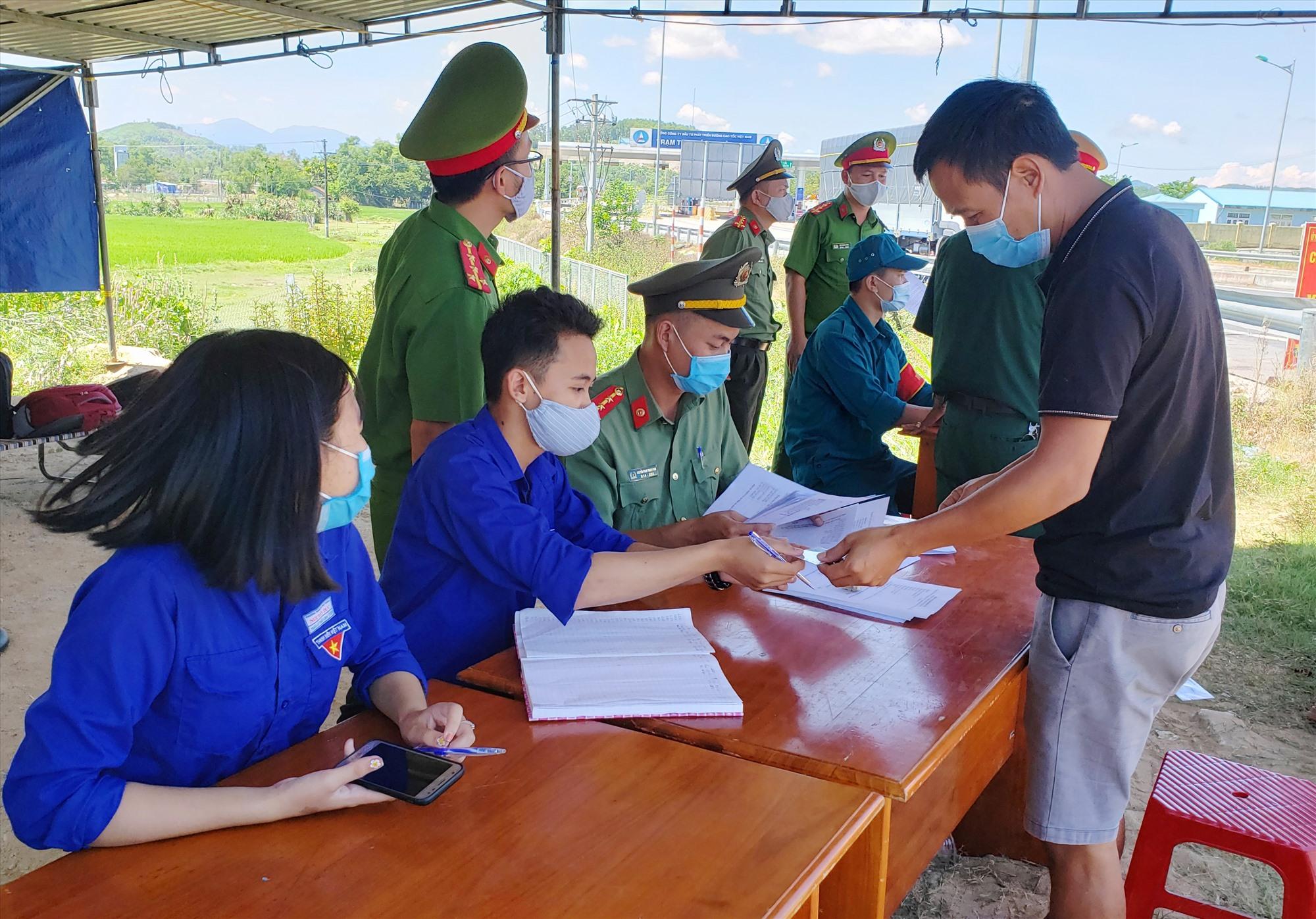 Chốt kiểm soát dịch tại huyện Phú Ninh. Ảnh: H.A